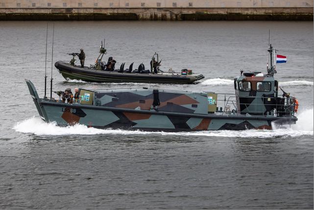 Wapens, mariniers en snelle vaartuigen op het IJsselmeer. Geen paniek, Defensie houdt een oefening