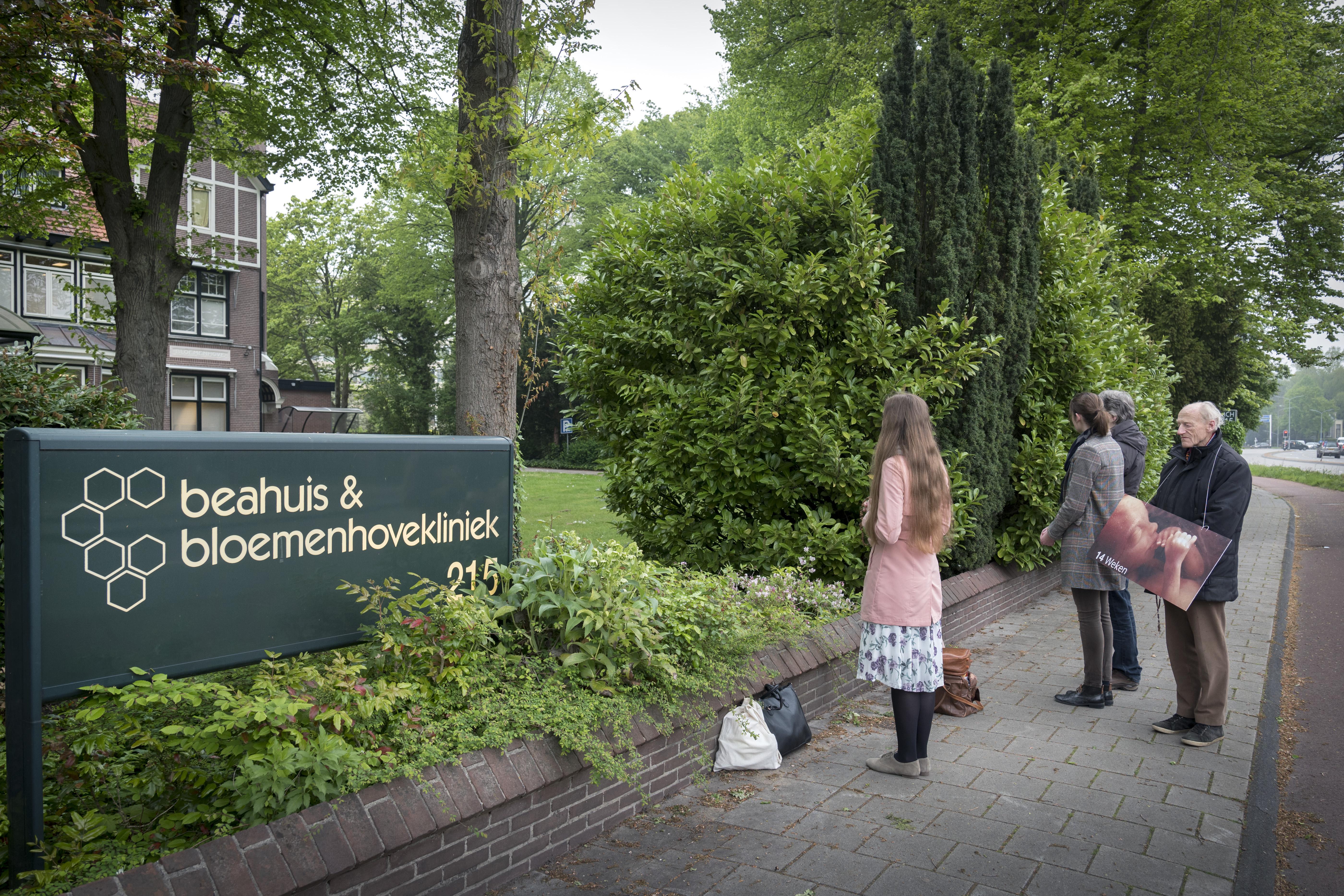 Buurman abortuskliniek Bloemenhove weert zelf demonstranten met een doek: 'Val die vrouwen en meisjes niet lastig!'
