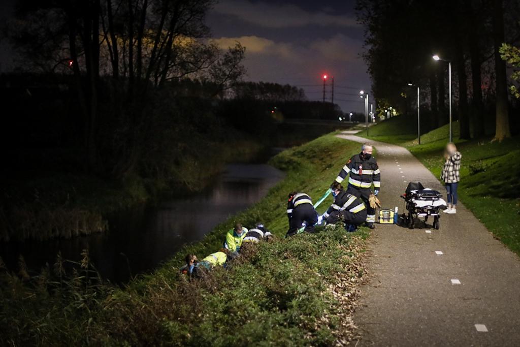 Brandweer haalt gewonde jonge scooterbestuurster van walkant in Vijfhuizen