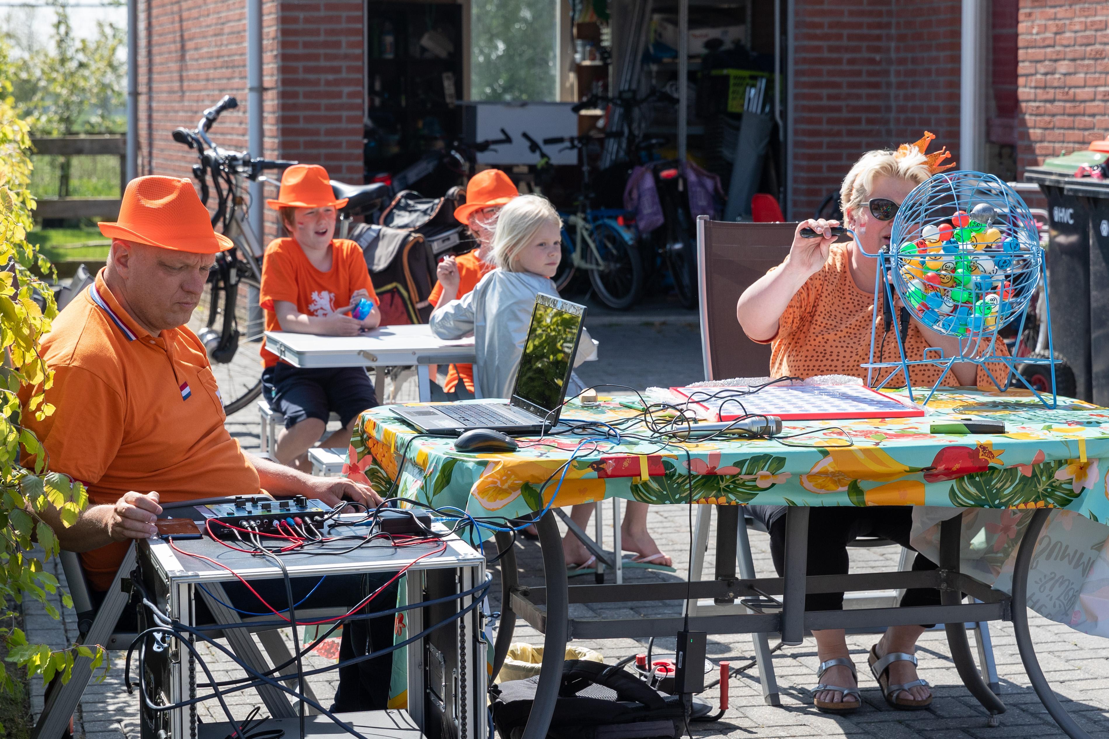 Straatbingo in Hauwert op Koningsdag: een dansje op straat als bewijs van een volle kaart