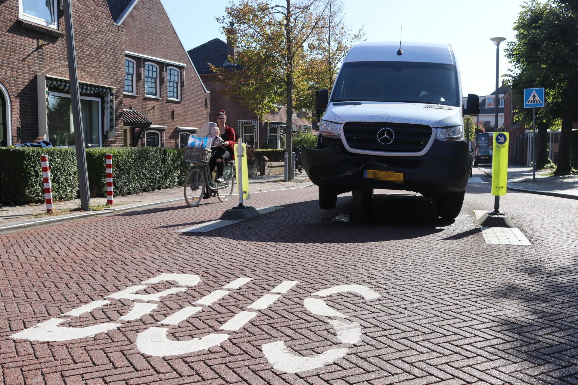 Bestelbus probeert achter lijnbus aan te rijden in Valkenburg, maar eindigt op paaltje: bussen moeten omrijden