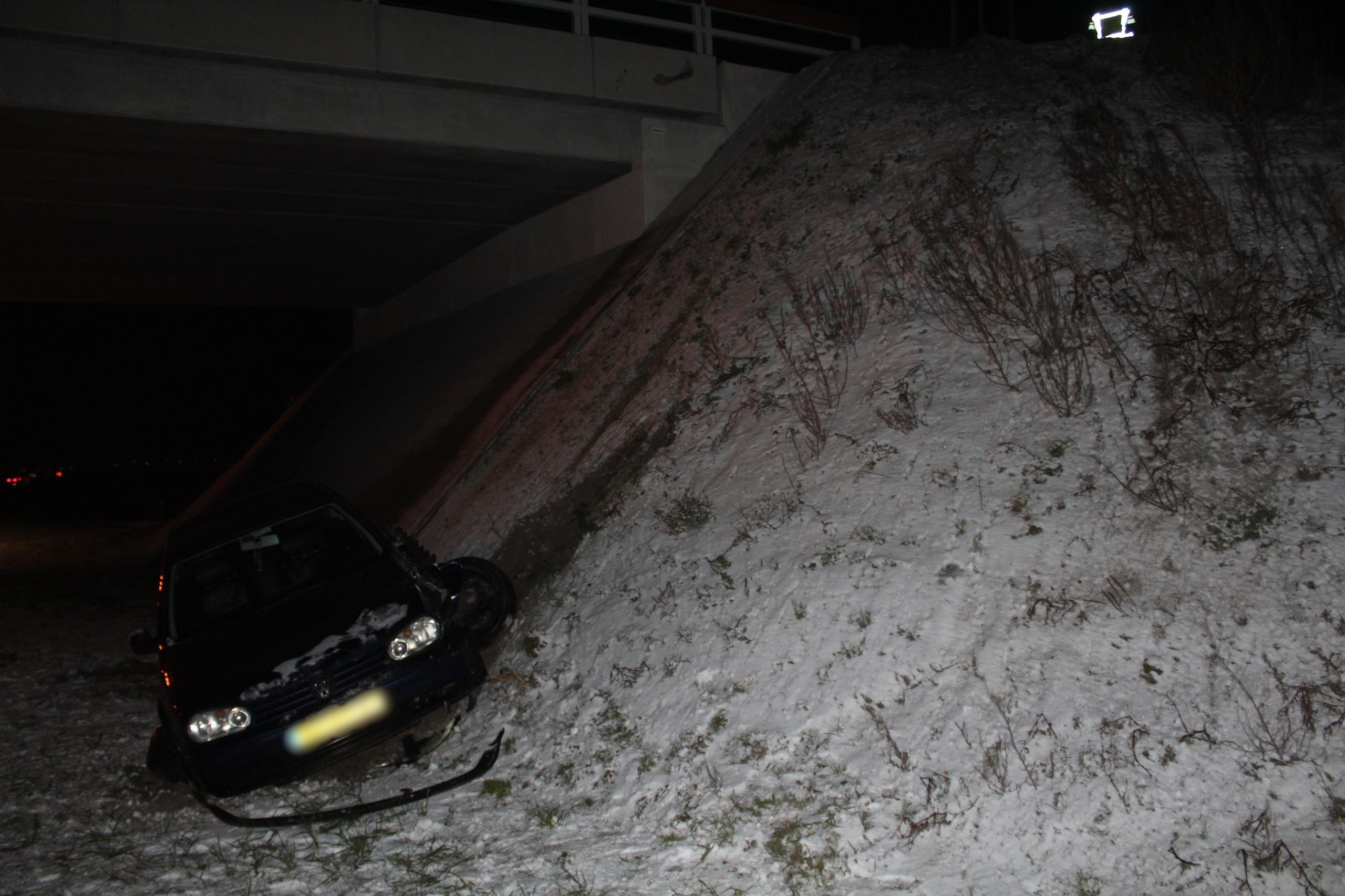 Auto rijdt van talud in Hem, bestuurder ongedeerd