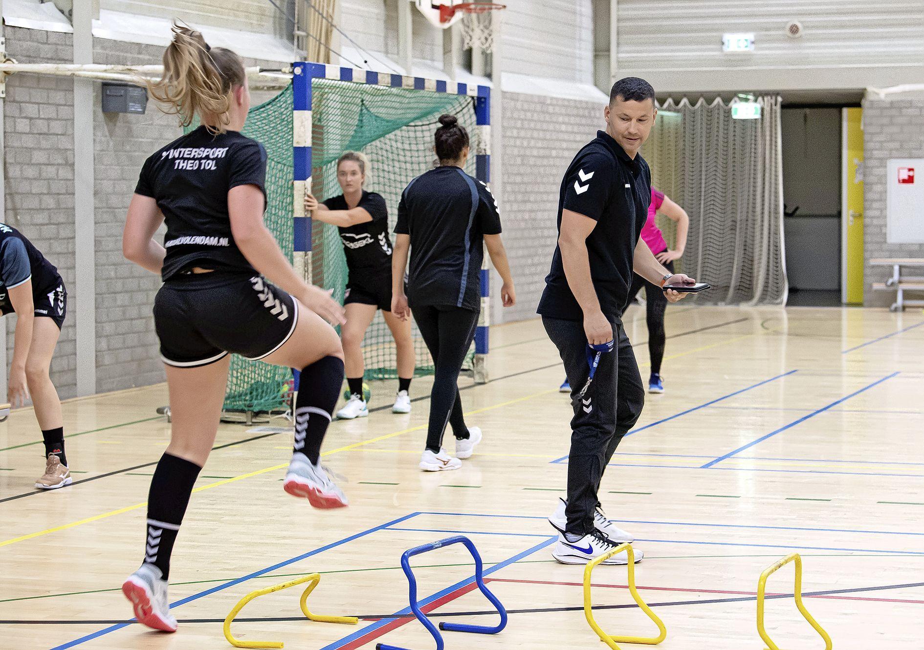Mark Ortega, nieuwe trainer mannen HV Volendam, neemt emotioneel afscheid van zijn meiden en wordt sleutelfiguur in sportieve structuur handbalclub