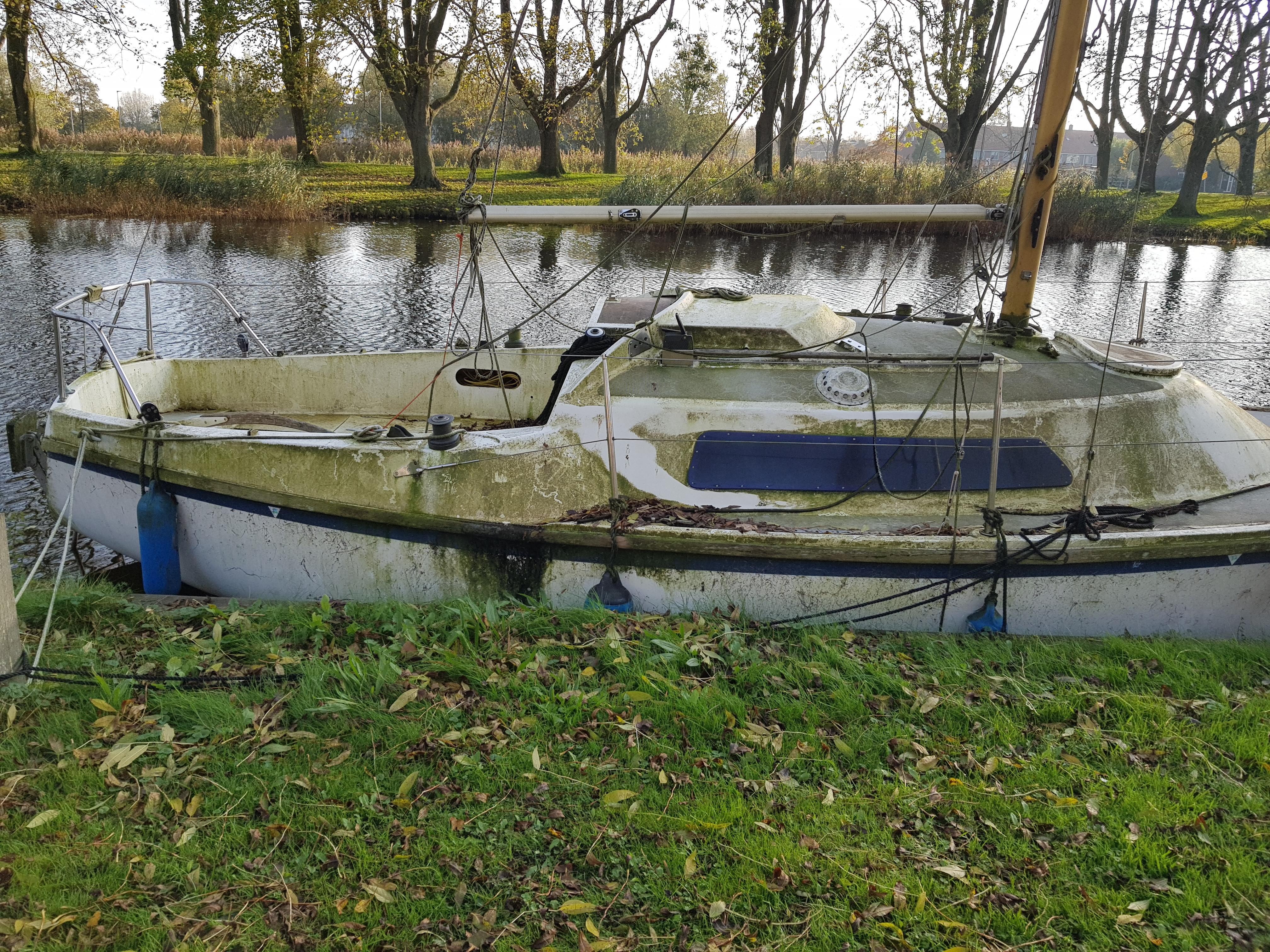 'Zou u uw bootje, dat overwoekerd is met mos, eens willen weghalen? Zo niet, dan doen wij het zelf', zegt de gemeente Edam-Volendam
