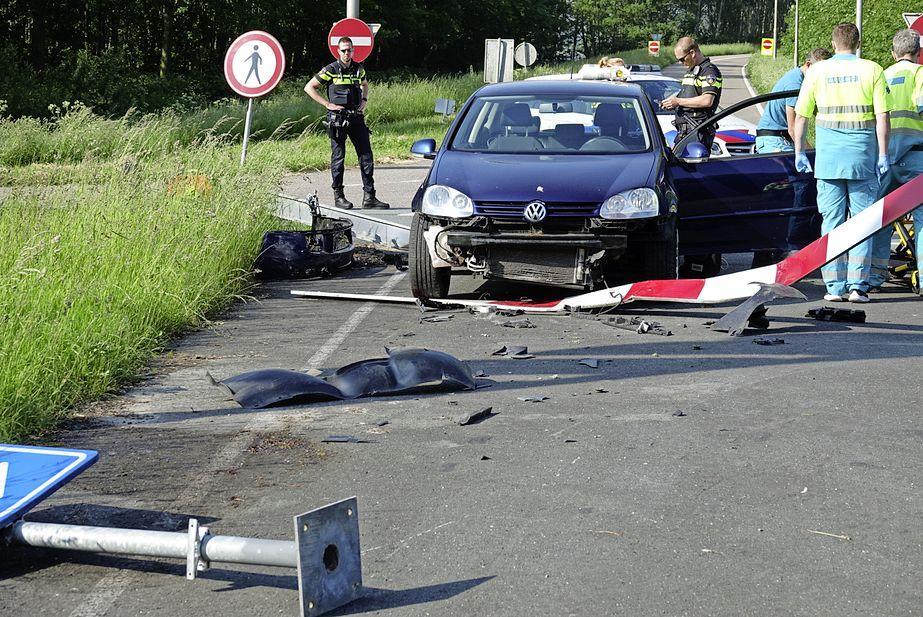 Automobilist botst tegen hek bij afrit A7 in Wijdewormer, traumahelikopter ingezet