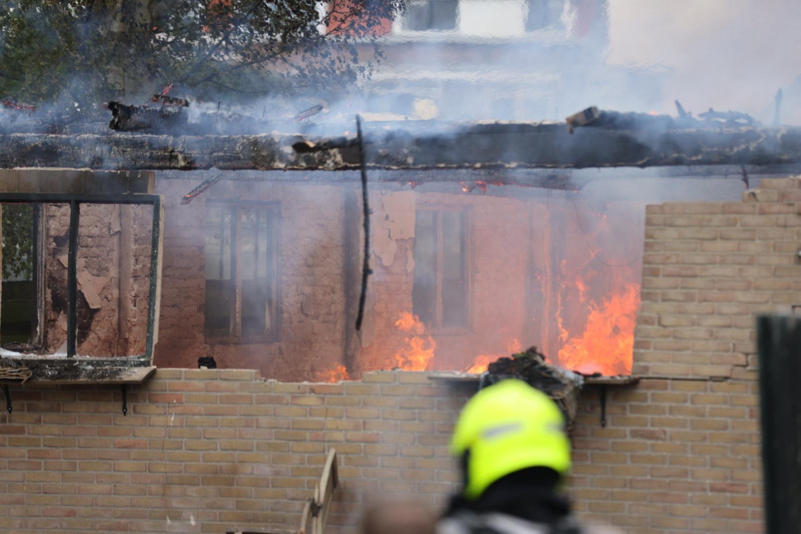 Schuur naast huis in Zwaanshoek ingestort door brand [video]