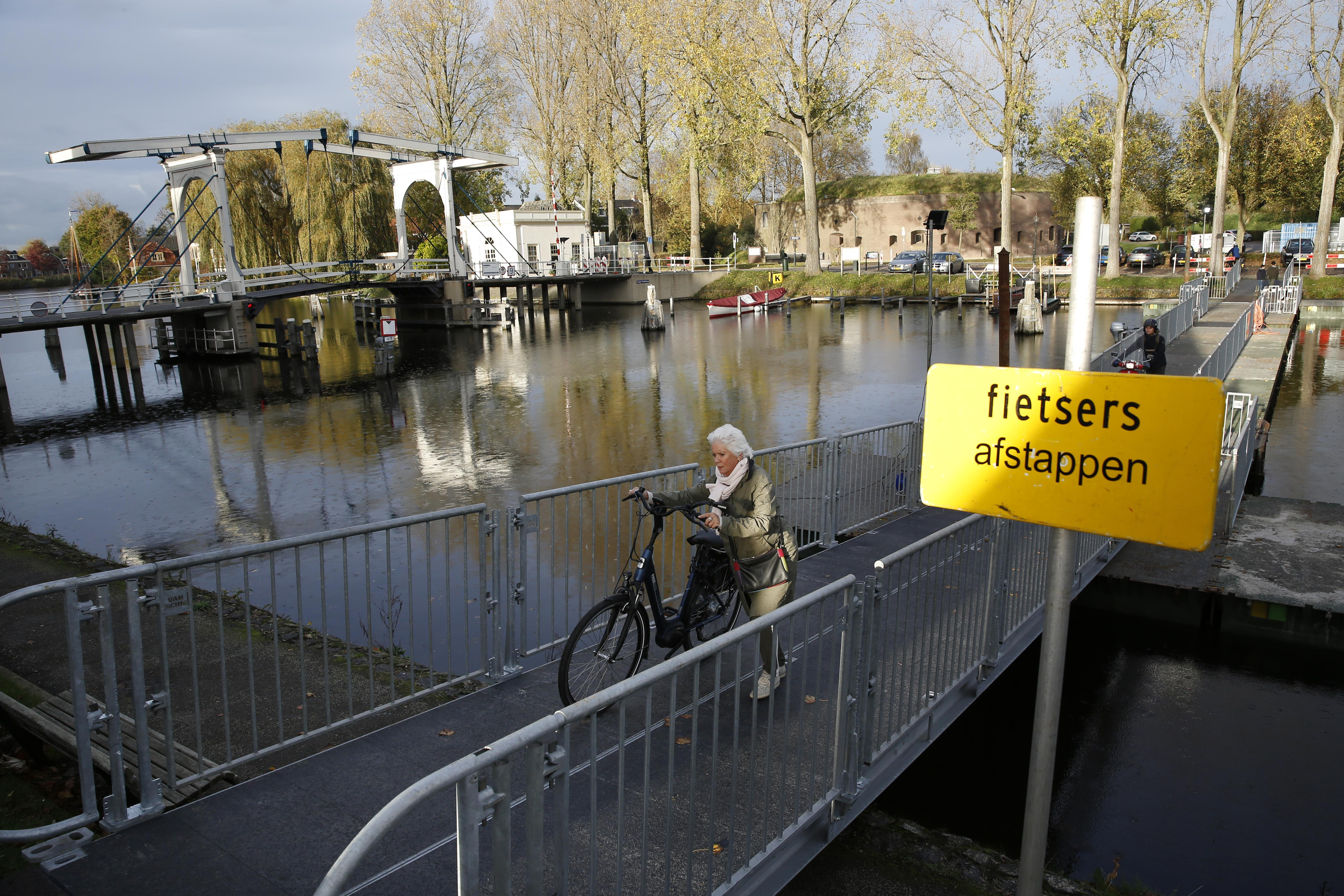 Monumentale Lange Vechtbrug in Weesp krijgt onderhoud. Tijdelijke pontonbrug voor langzaam verkeer, brandweer moet omrijden
