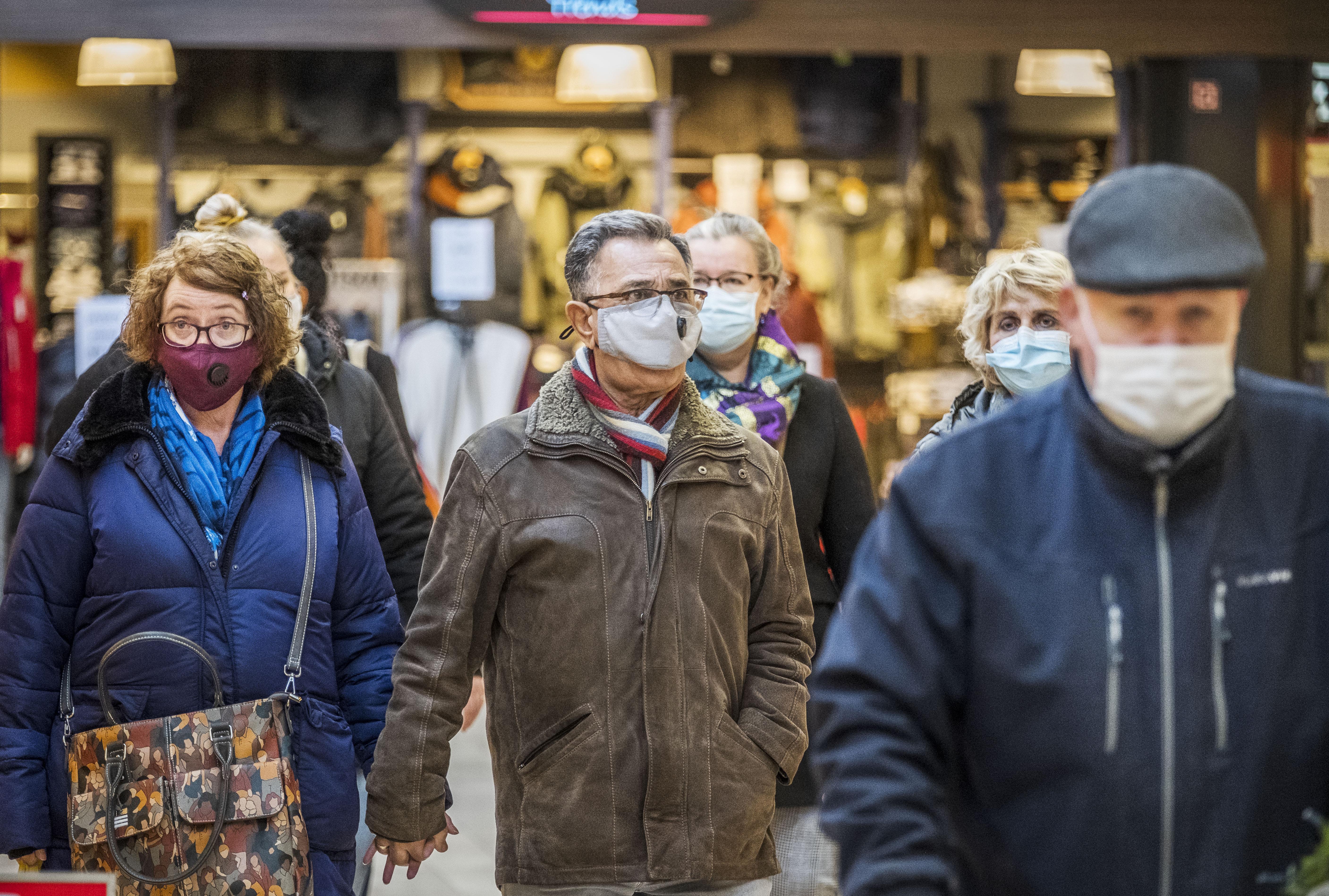 Kan het publiek in overdekt winkelcentrum Middenwaard een beetje wennen aan die mondkapjes? Een enkeling is nog 'blootshoofds'