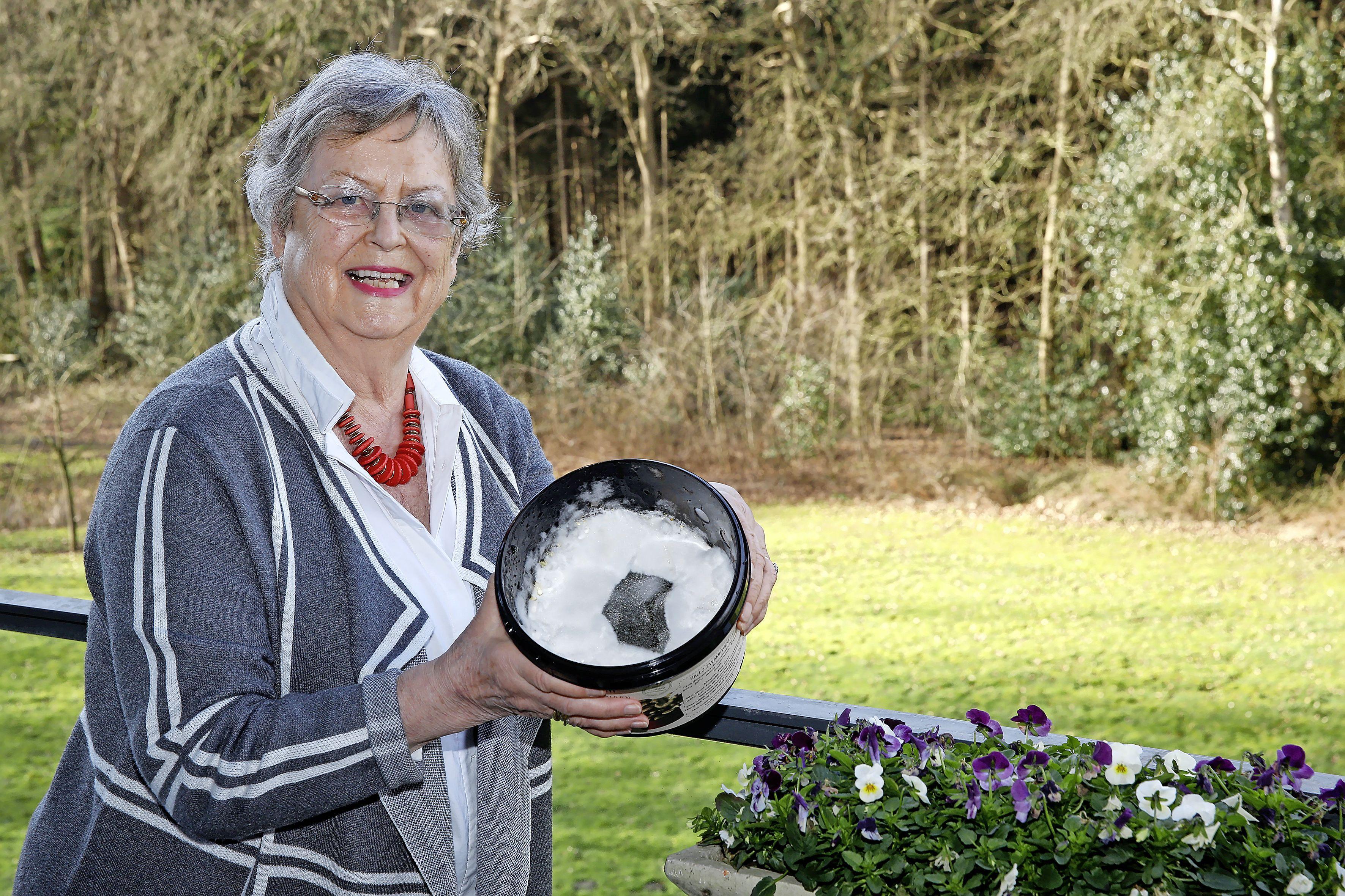 Zo komt Henja Kronenburg uit Hilversum de lockdown door: oesterzwammen kweken op koffieprut: 'Als de zwammen eruit komen, is het net alsof de vliezen breken'