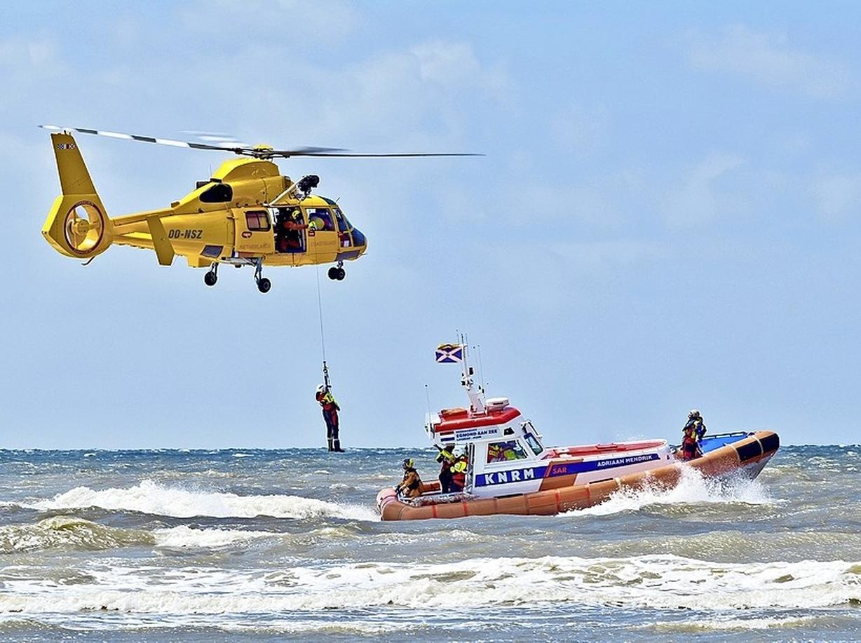 Ondergaande zon bij Katwijk wordt aangezien voor vuurpijl: KNRM rukt uit met vier reddingsboten en een helikopter