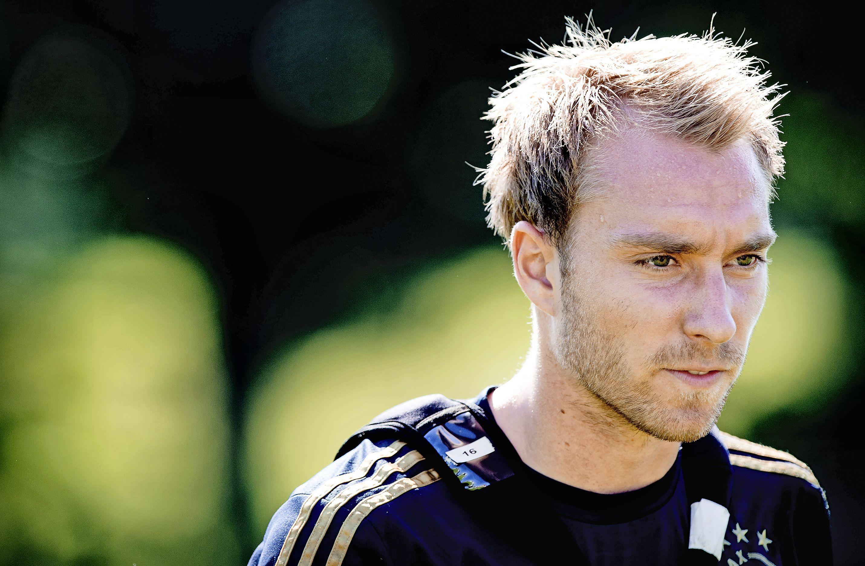 Deense voetballer Christian Eriksen (oud-Ajax) is bij kennis na reanimatie tijdens EK-wedstrijd