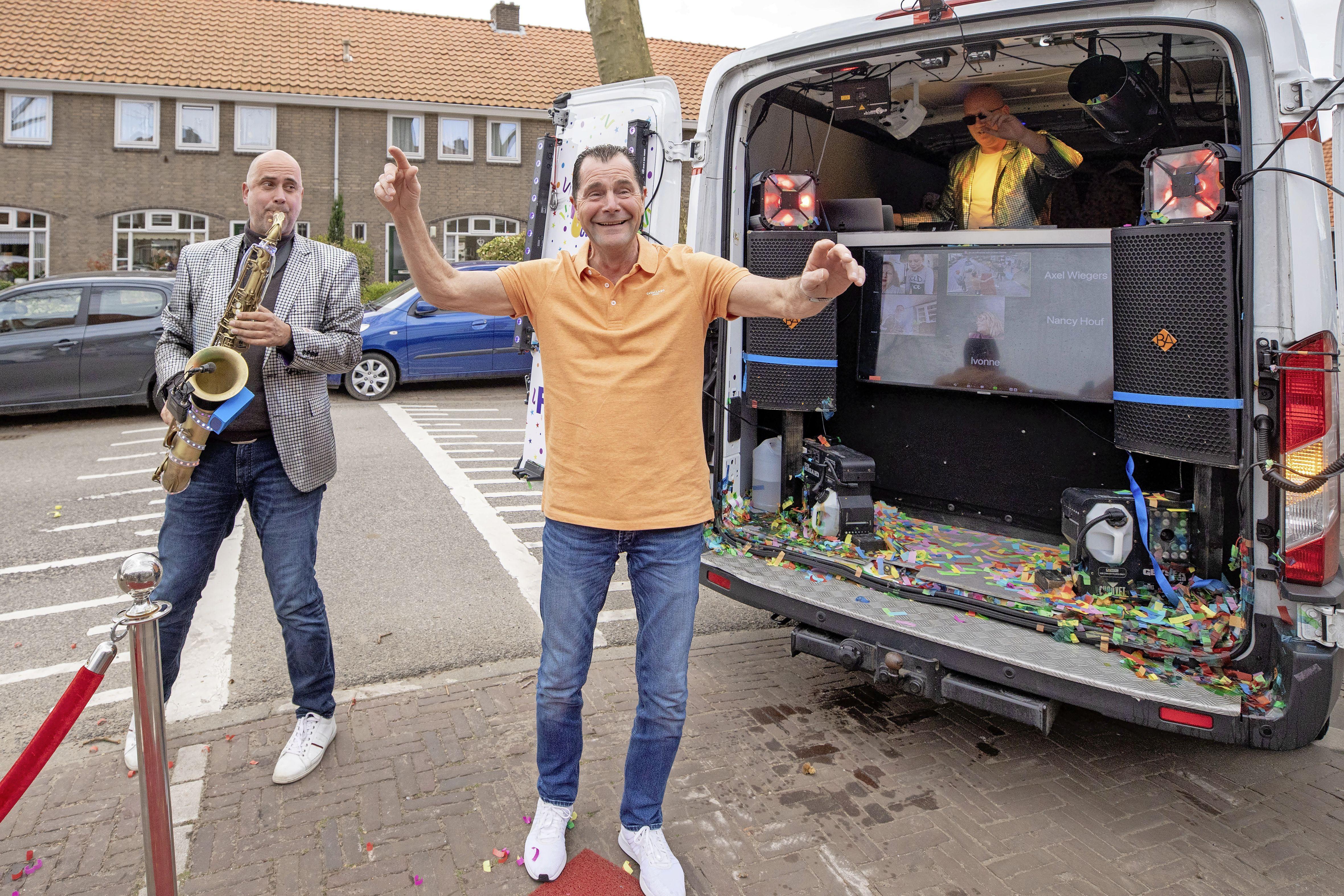 Waar is dat feestje? Hier is dat feestje! Hilversumse straat staat even op zijn kop door jarige Tom. 'Met pensioen? Nee hoor' [video]