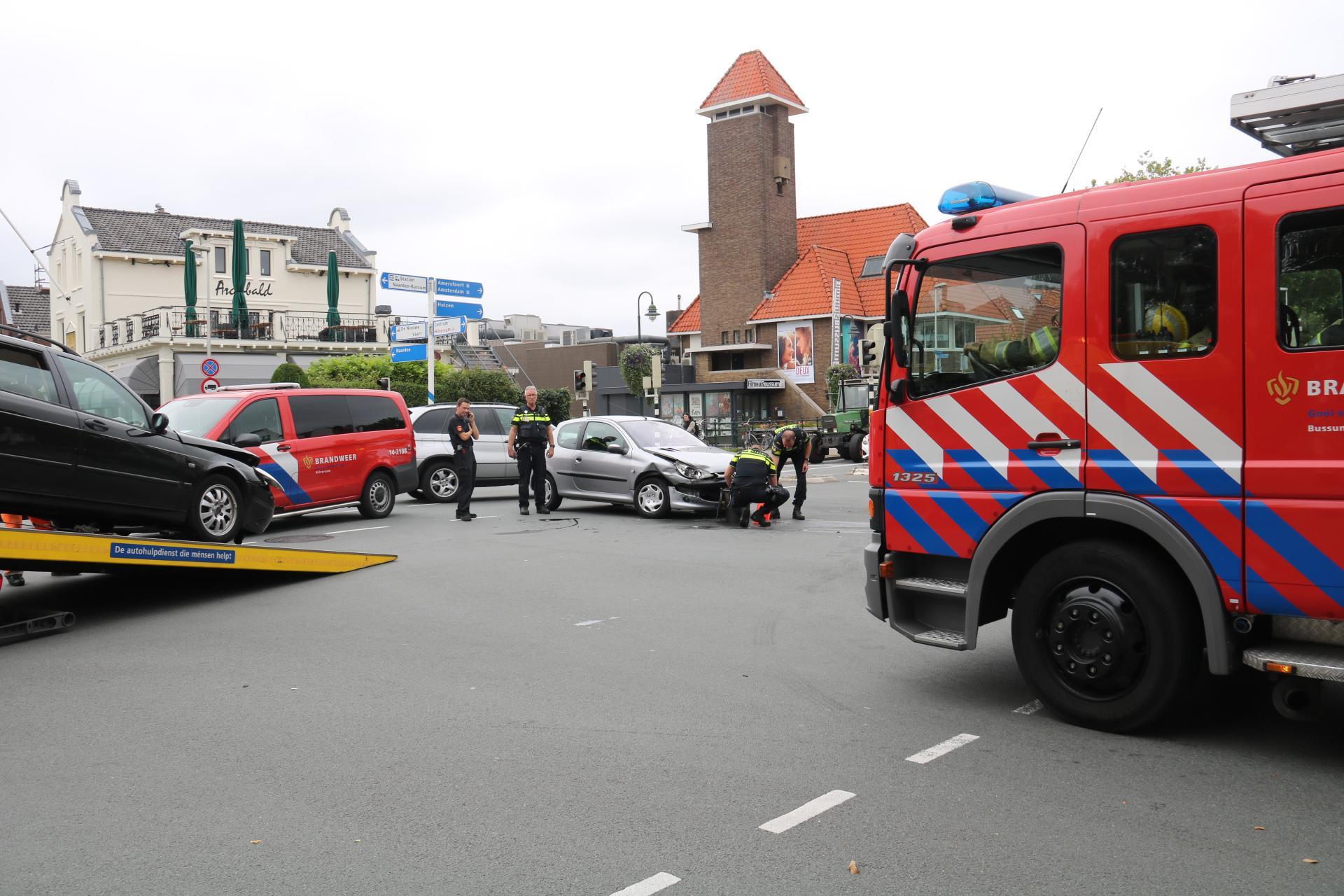Twee auto's klappen op elkaar en zorgen voor flinke chaos in Bussum