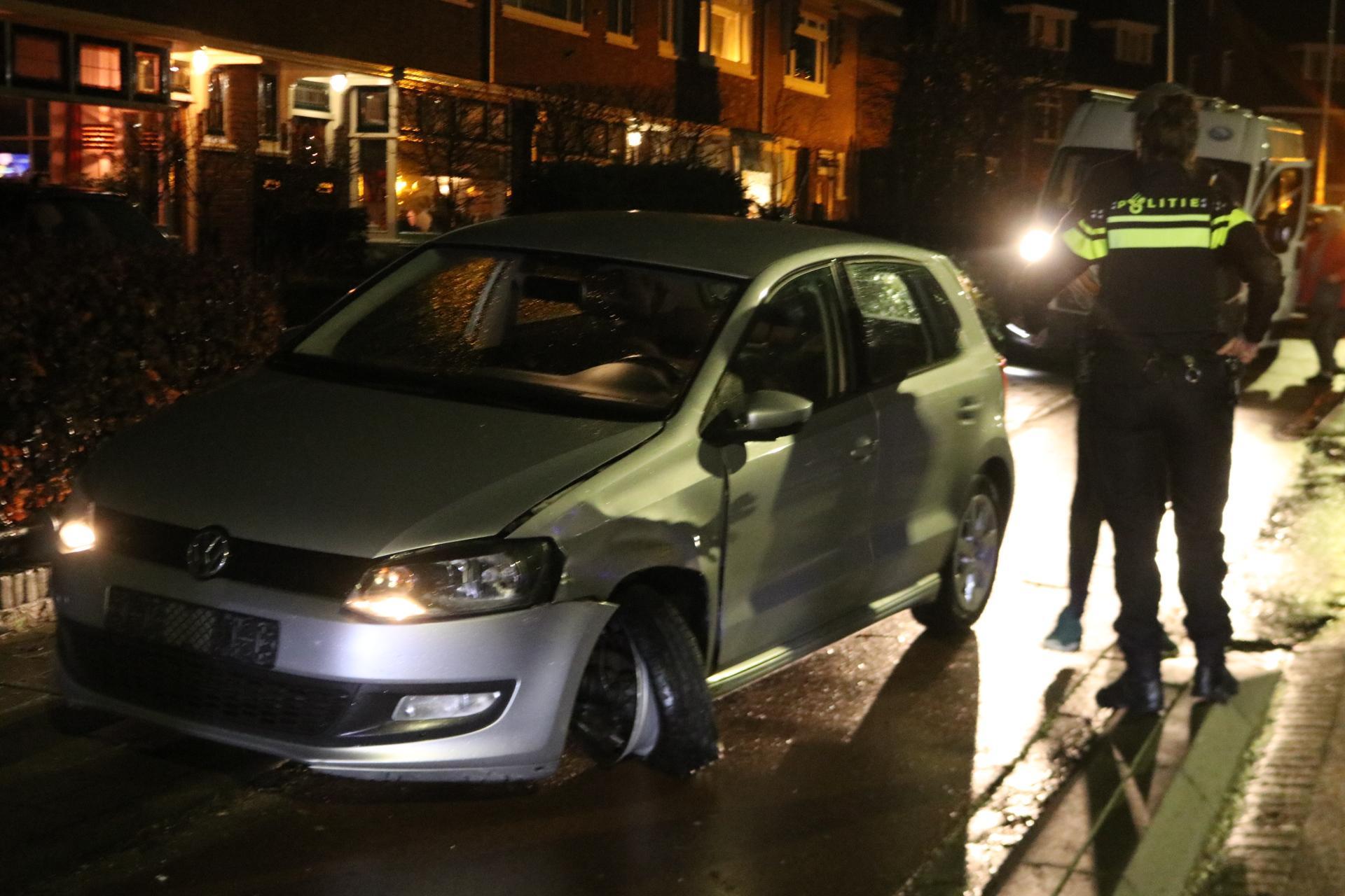 Veel schade bij botsing drie voertuigen in Hillegom; bestuurder aangehouden