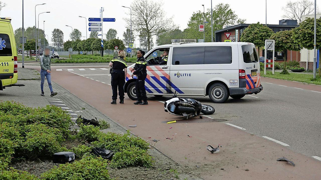 Twee personen gewond bij botsing tussen scooter en auto in Grootebroek