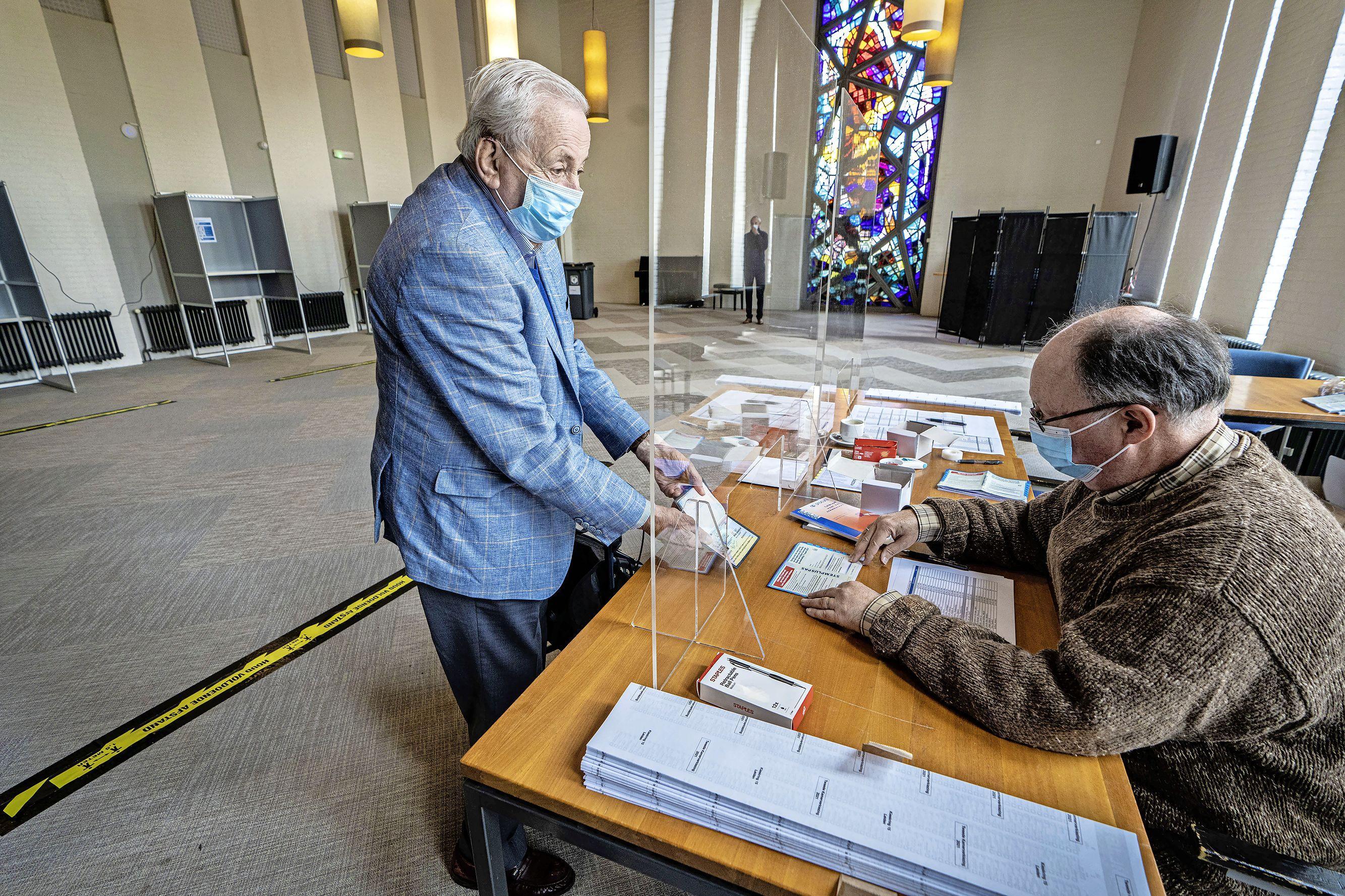 Grote opkomst bij de stembureaus in Oegstgeest: 'Drie dagen stemmen moeten ze altijd doen'