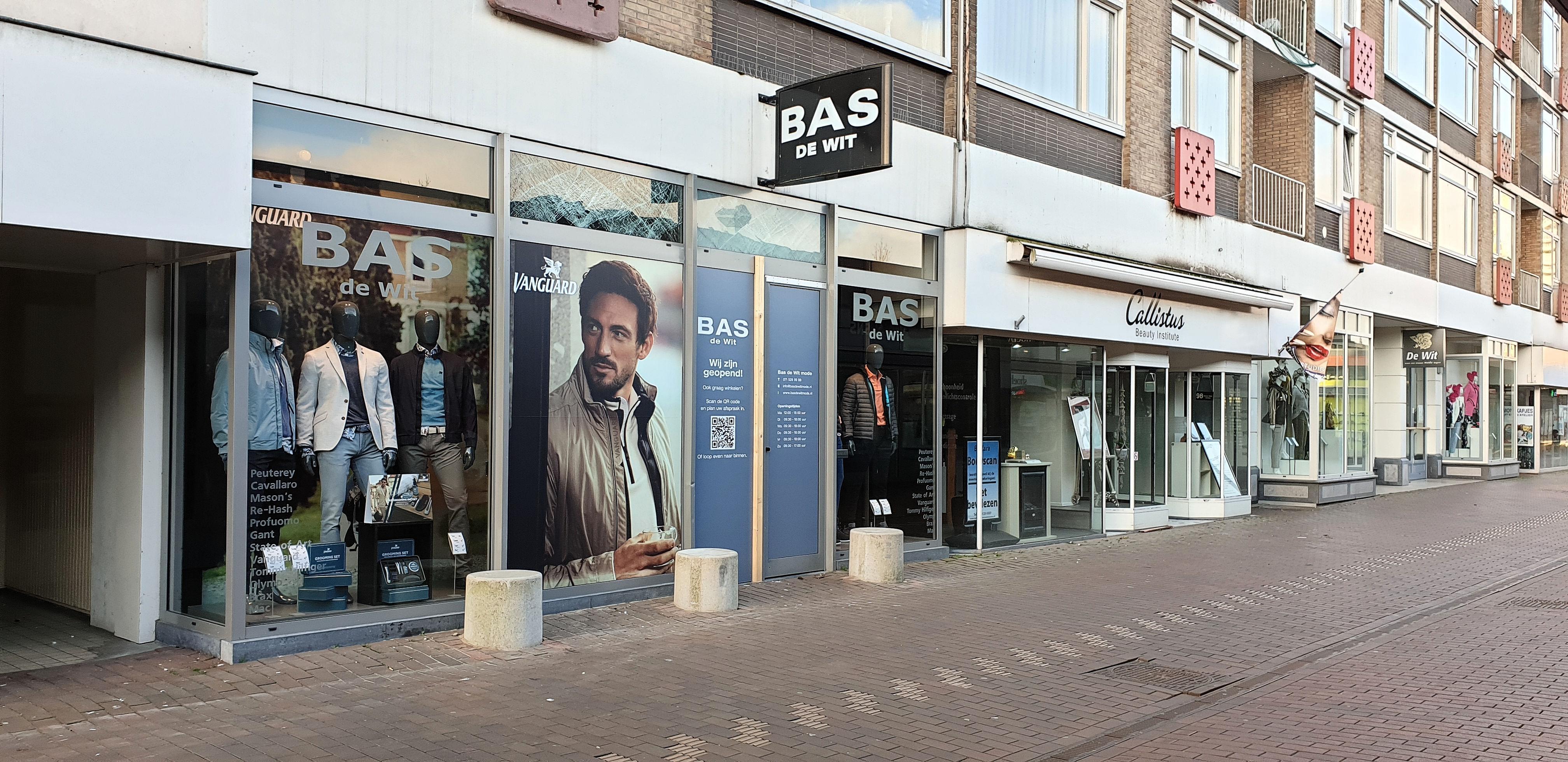 Tijdelijke paaltjes voor modezaak Bas de Wit, na drie ramkraken in tweeënhalf jaar, opmaat naar afsluiting van hele winkelstraat: 'Die kans is redelijk groot'