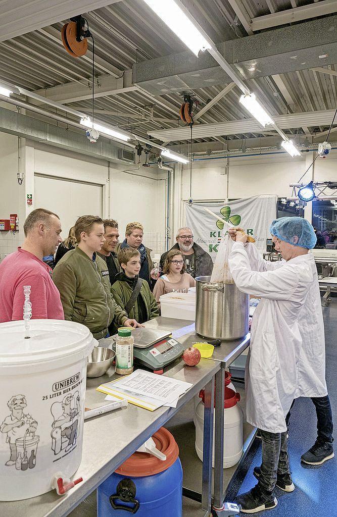 Bier brouwen is een populaire 'lockdownhobby' aan het worden. Het Clusiuscollege in Alkmaar geeft online-masterclass