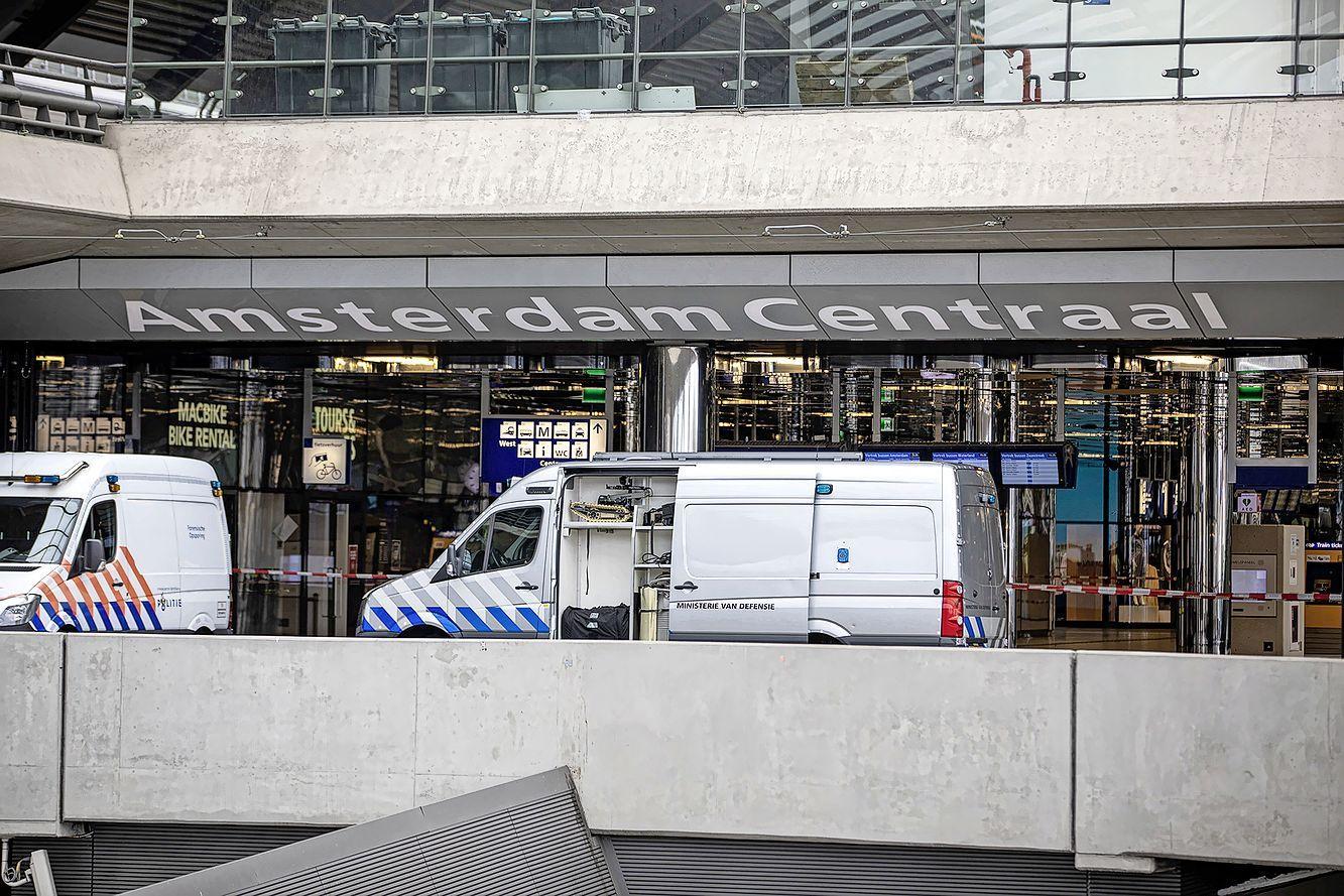 Amsterdam Centraal urenlang ontruimd door verdacht pakketje, blijkt loos alarm.