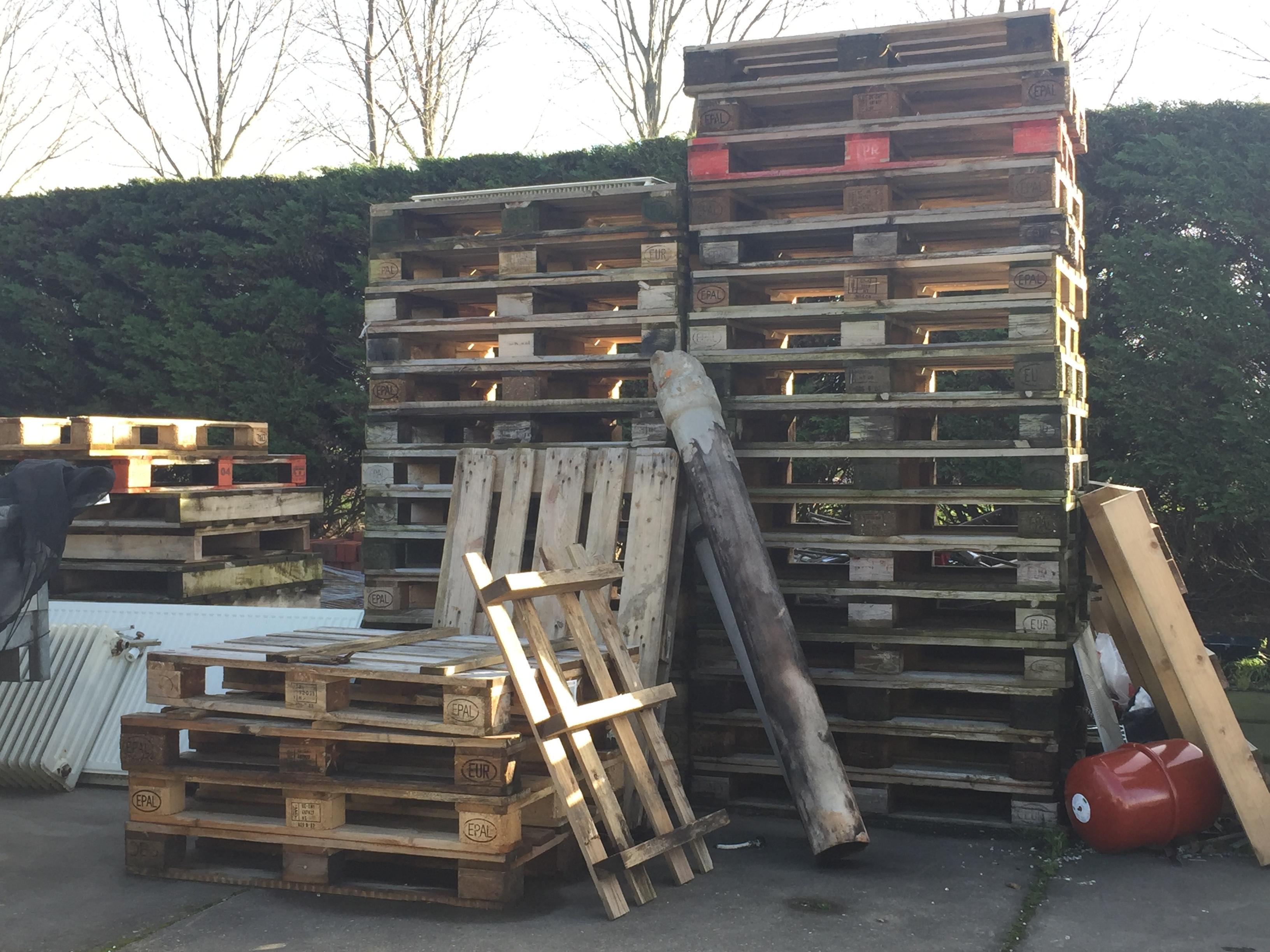 'Gestolen pallets Bollenstreek in Haags vreugdevuur'