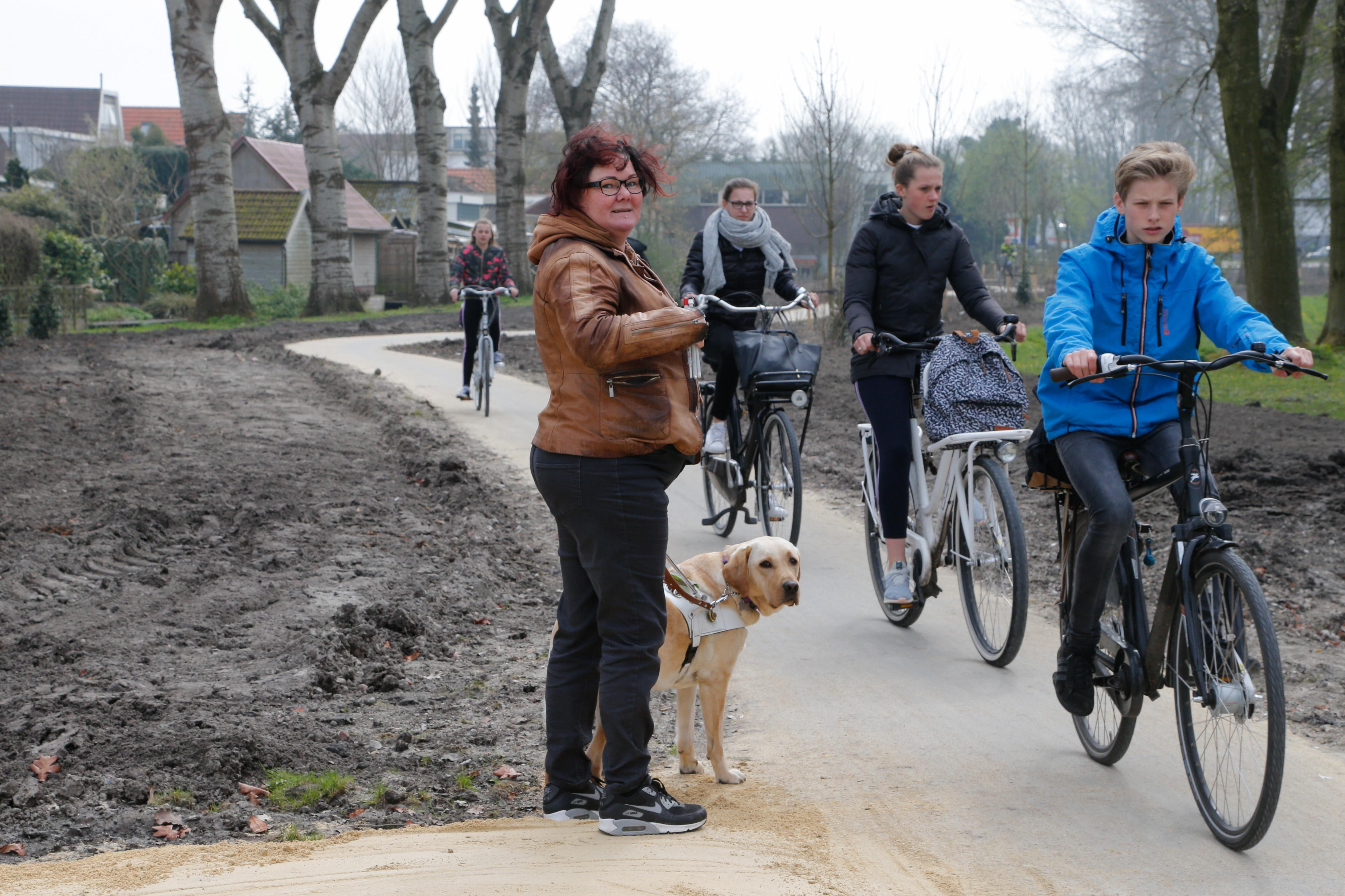 Hordes fietsers maken in Hoorn voetpad onveilig