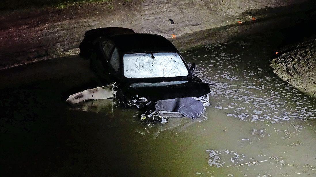 Auto belandt in water bij Barsingerhorn na botsing met boom