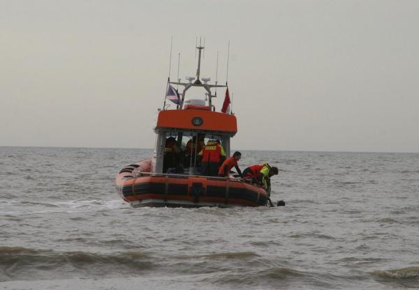 Kitesurfer in nood én haar redder van verdrinkingsdood gered