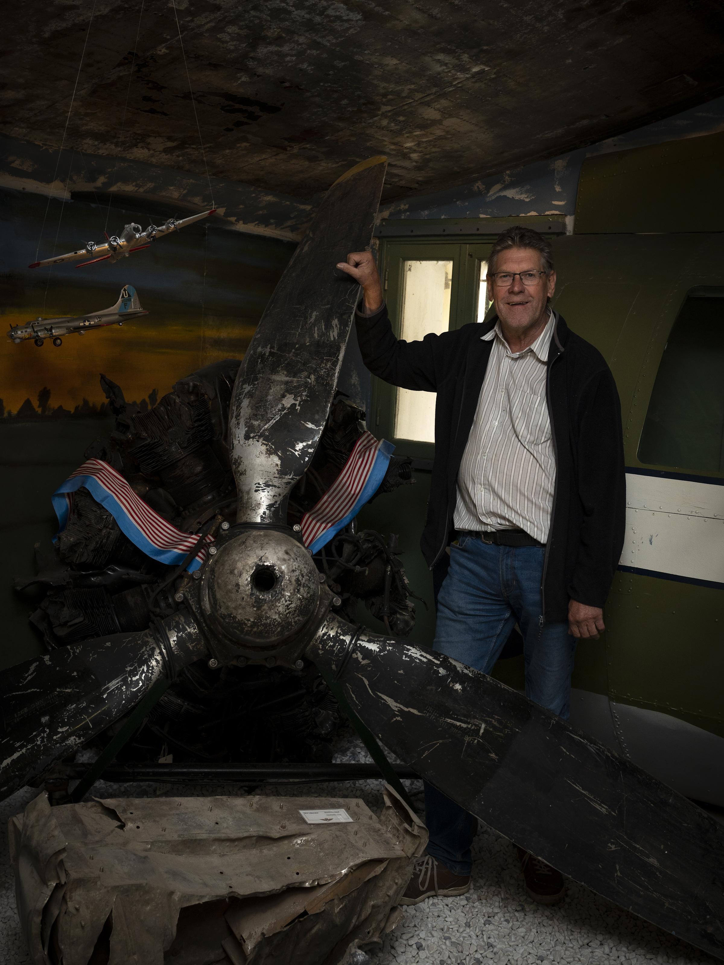 Johan Graas is de enige mens die omlaag kijkt als iemand roept: 'kijk een vliegtuig'; Assendelver al vijftig jaar op zoek naar in de oorlog neergestorte vliegtuigen