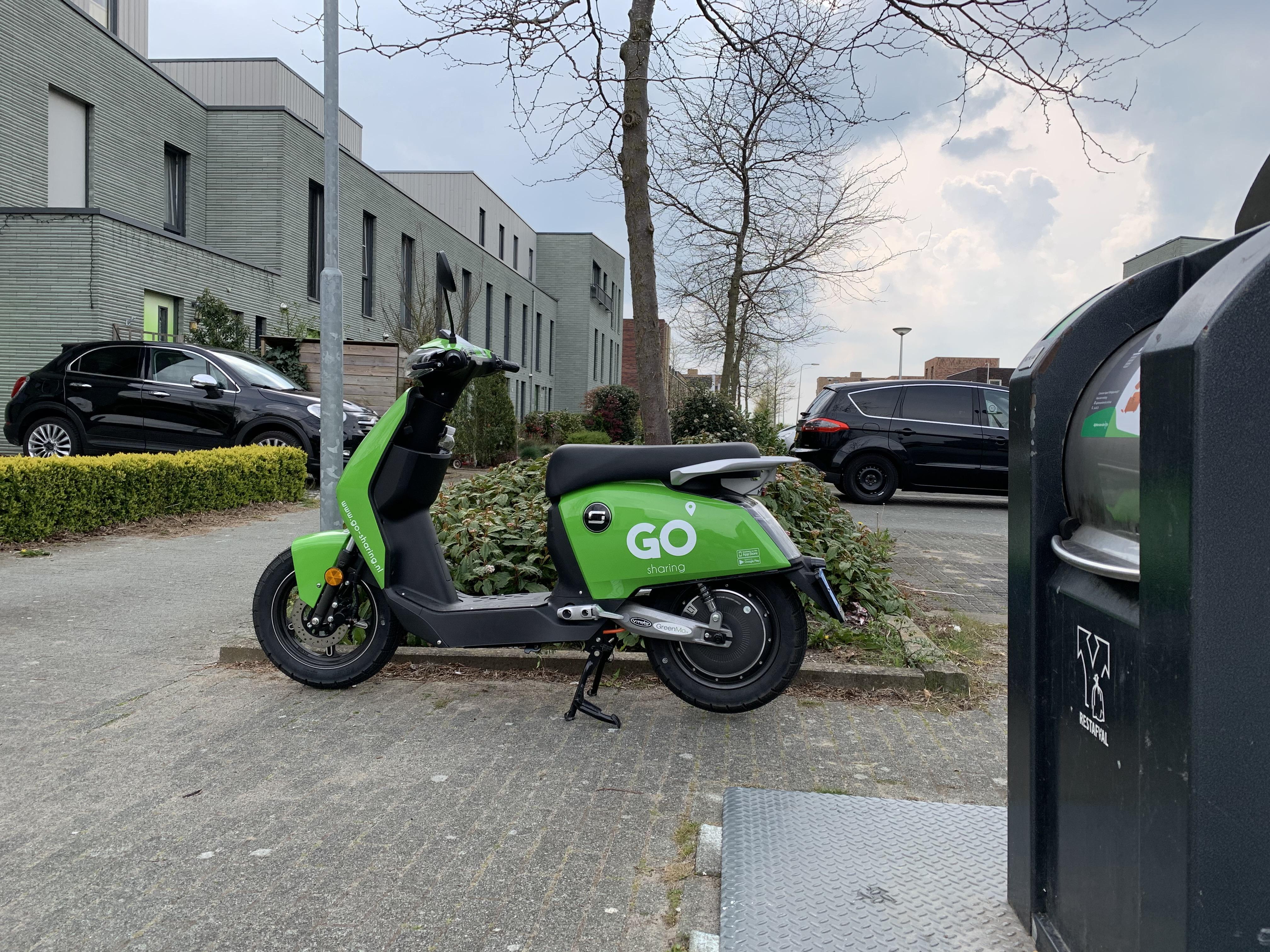 Veel klachten over 'lukraak geparkeerde' deelscooters, illegale rijders en vernielingen voertuigen in Alphen aan den Rijn