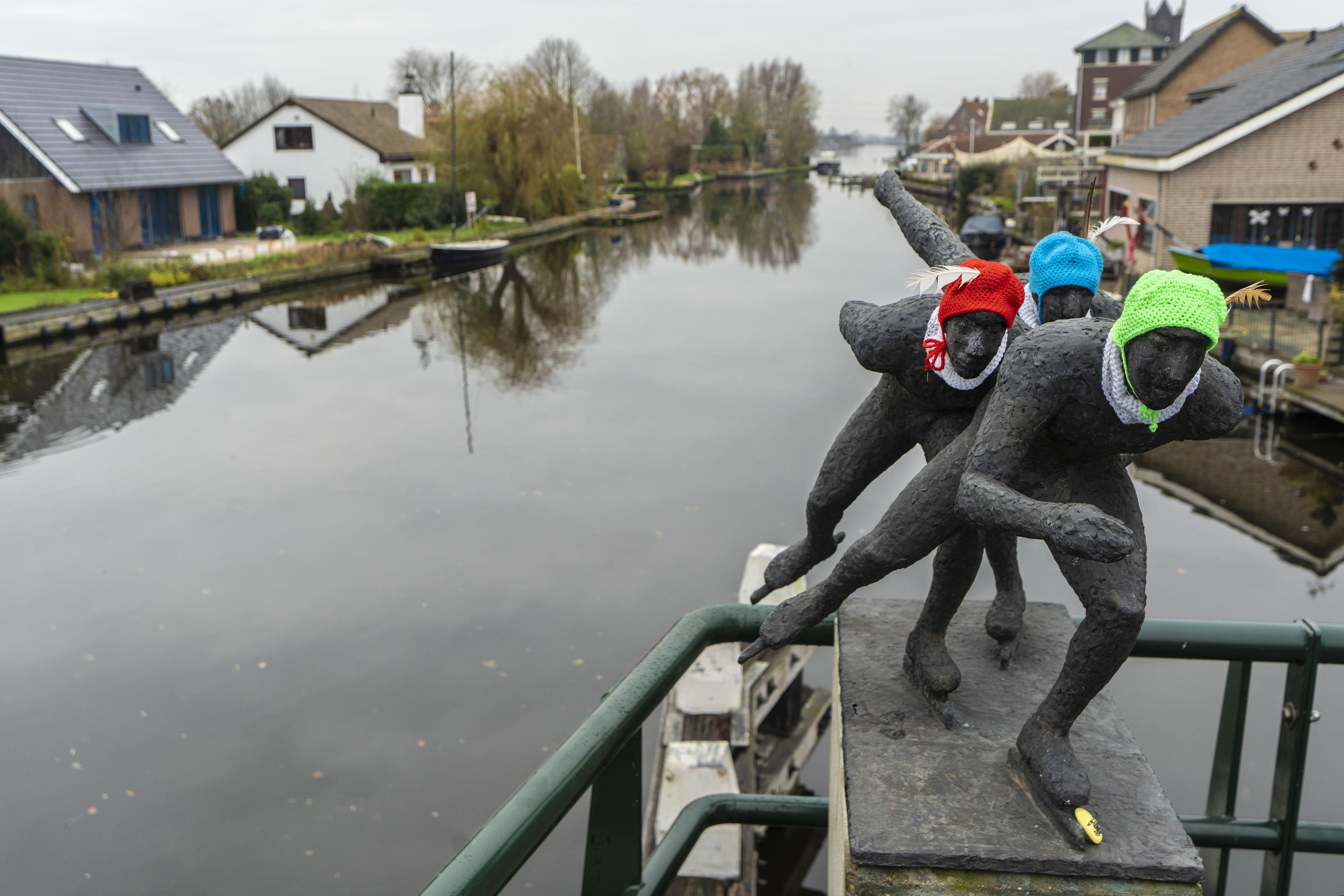 Wat willen de schaatsers op de Doesbrug ons nu eigenlijk vertellen?