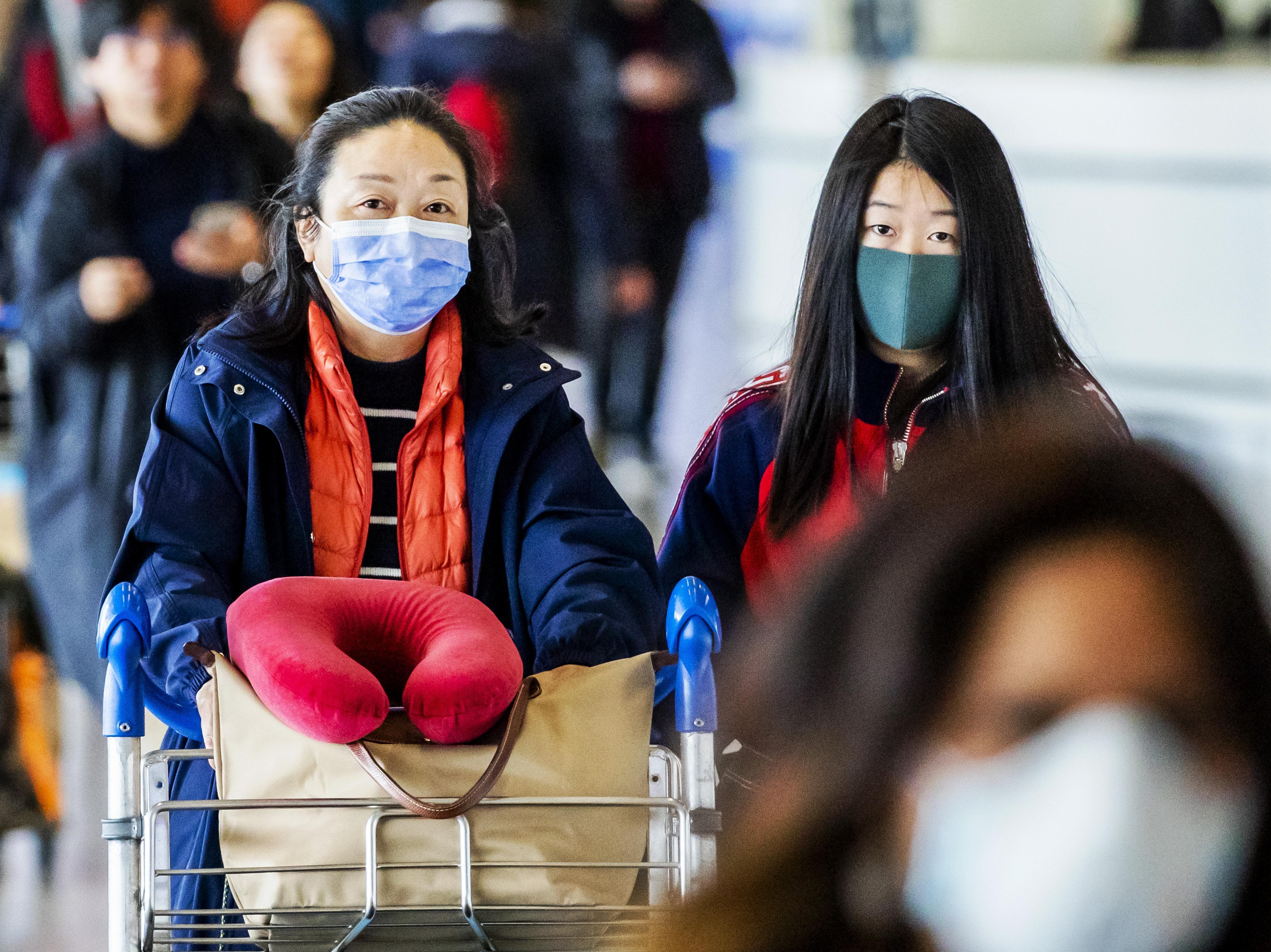 Schiphol roept iedereen op luchthaven op om mondkapje te dragen