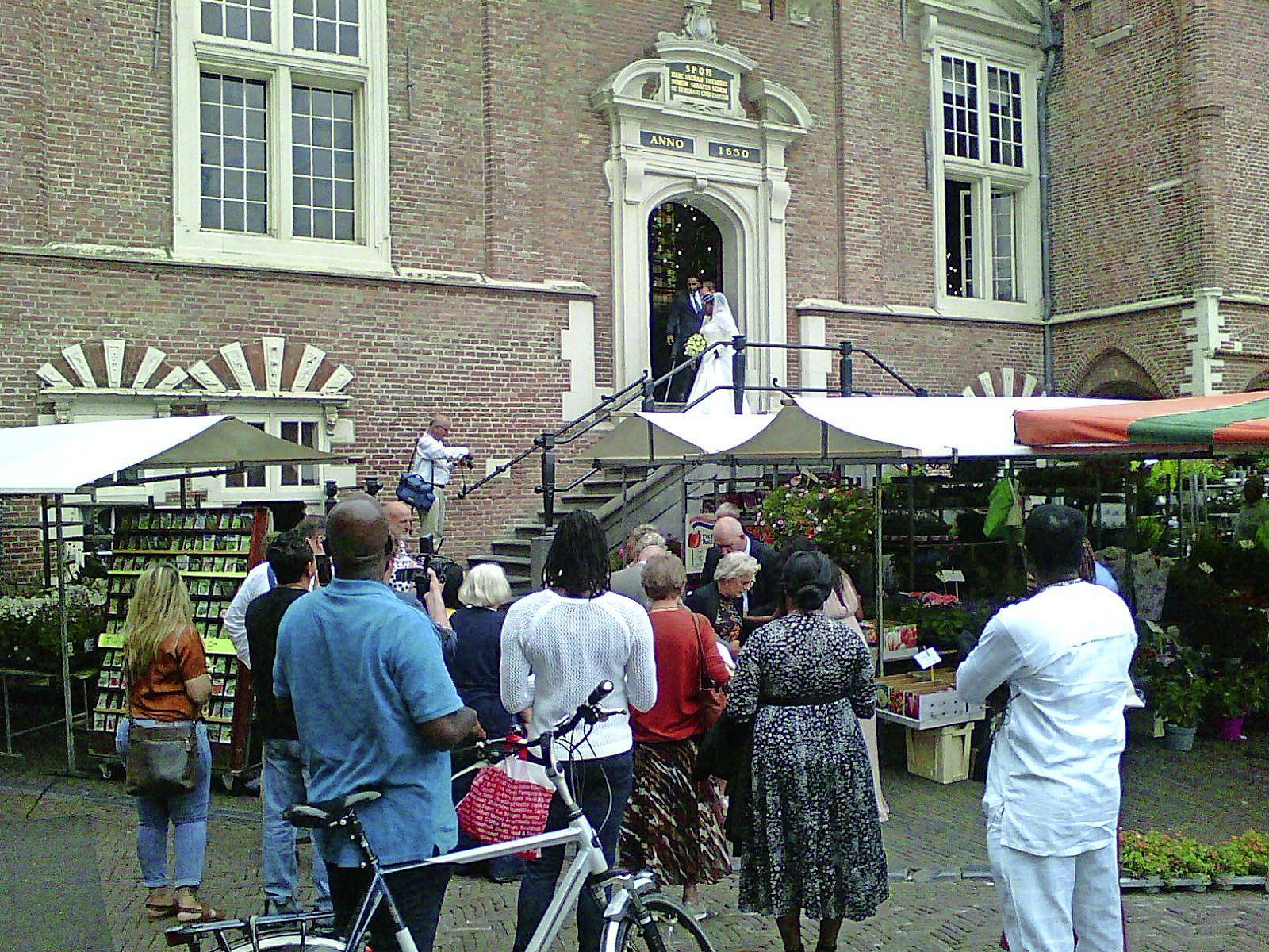 Woud van marktkramen blokkeert stadhuis in Haarlem. 'Heeft de marktmeester eigenlijk overleg met Burgerzaken als er een huwelijk is?'