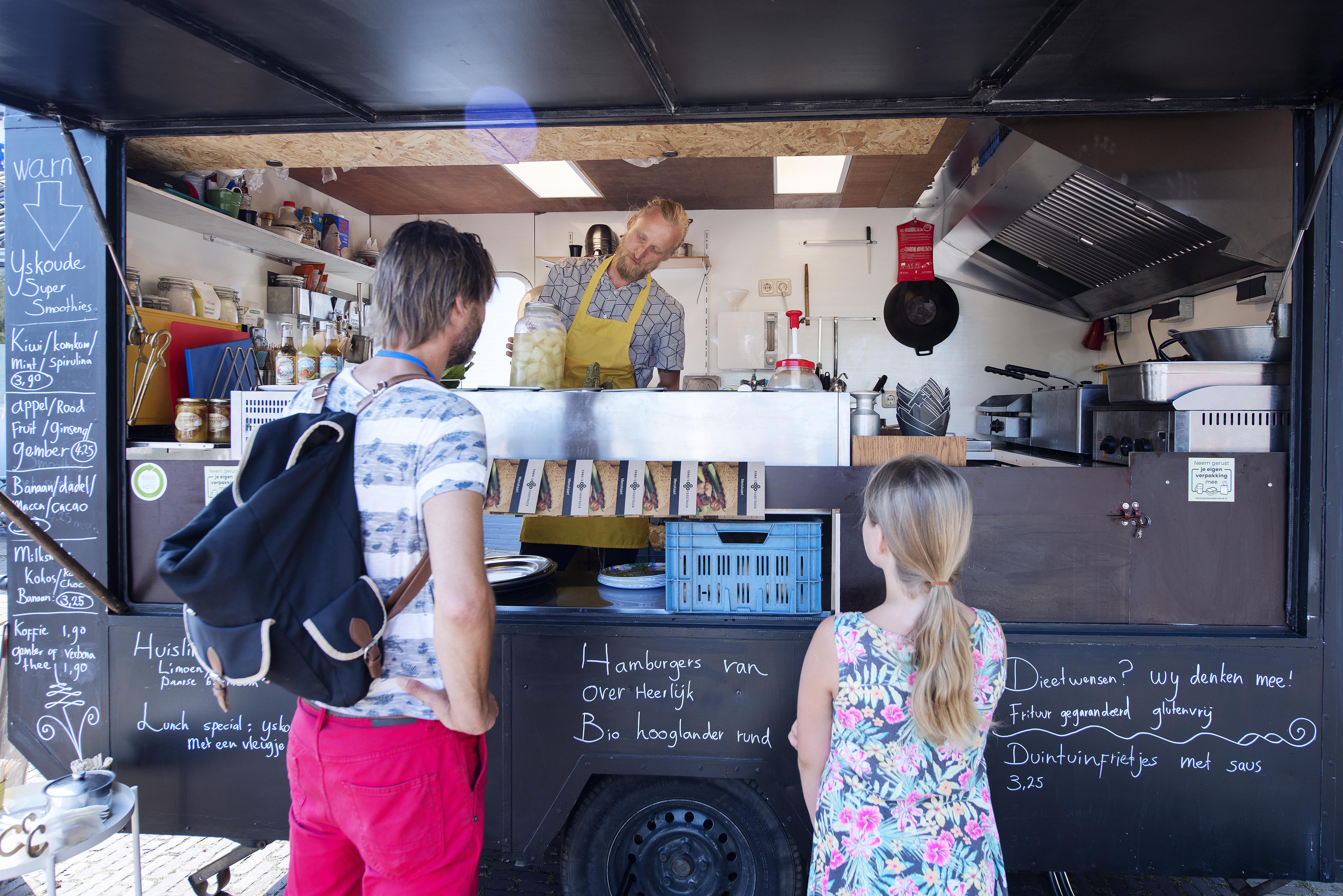 Handgesneden rode kool of de biologische Duingrazerburger, het eten van Ramai's Foodtruck in Castricum is anders dan de doorsnee snack