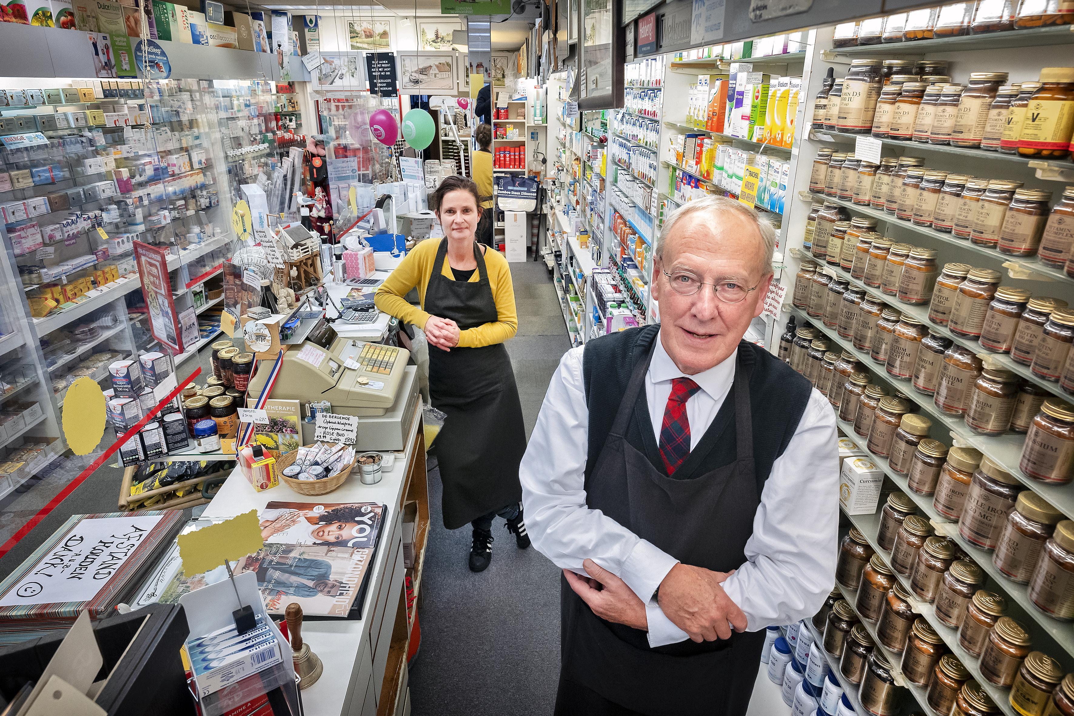 Paul Letschert maakt zich zorgen over het voortbestaan van zijn drogisterij in Hillegom: 'In de winkel ben ik gelukkig, de klanten zijn mijn goud'