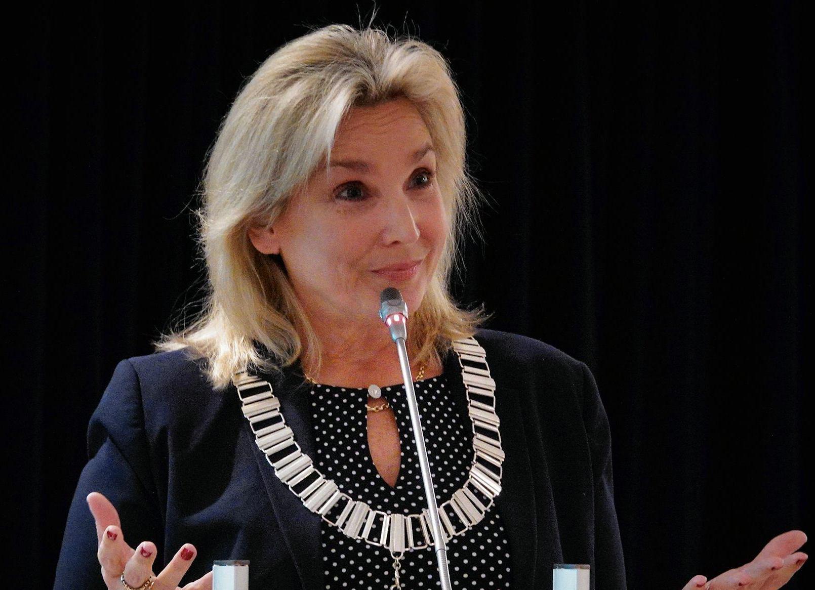 Burgemeester Wijdemeren pakt na corona en dubbele longontsteking haar taken weer op
