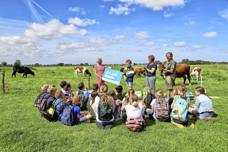 'Zittend met je kont in droge stront koeien natekenen'. Schooljuf Bonifatiusschool geniet zelf nog meest van bijzondere les