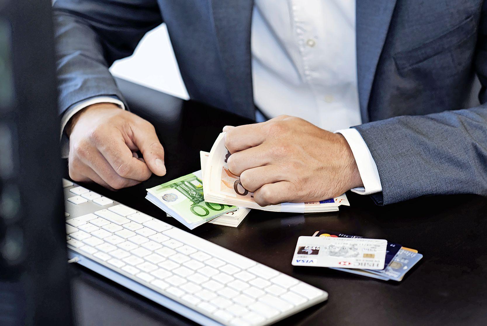 Mannen in Heerhugowaard en Sneek aangehouden voor belastingfraude: voor 200.000 euro fiscus opgelicht