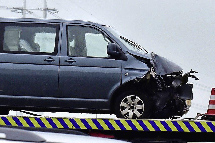 Twee busjes en een personenauto op elkaar gebotst op de A4 bij Leiderdorp; file richting Den Haag