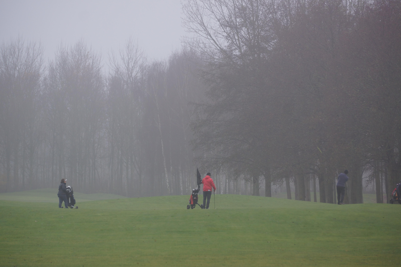 Lezersfoto: Golfers in de mist