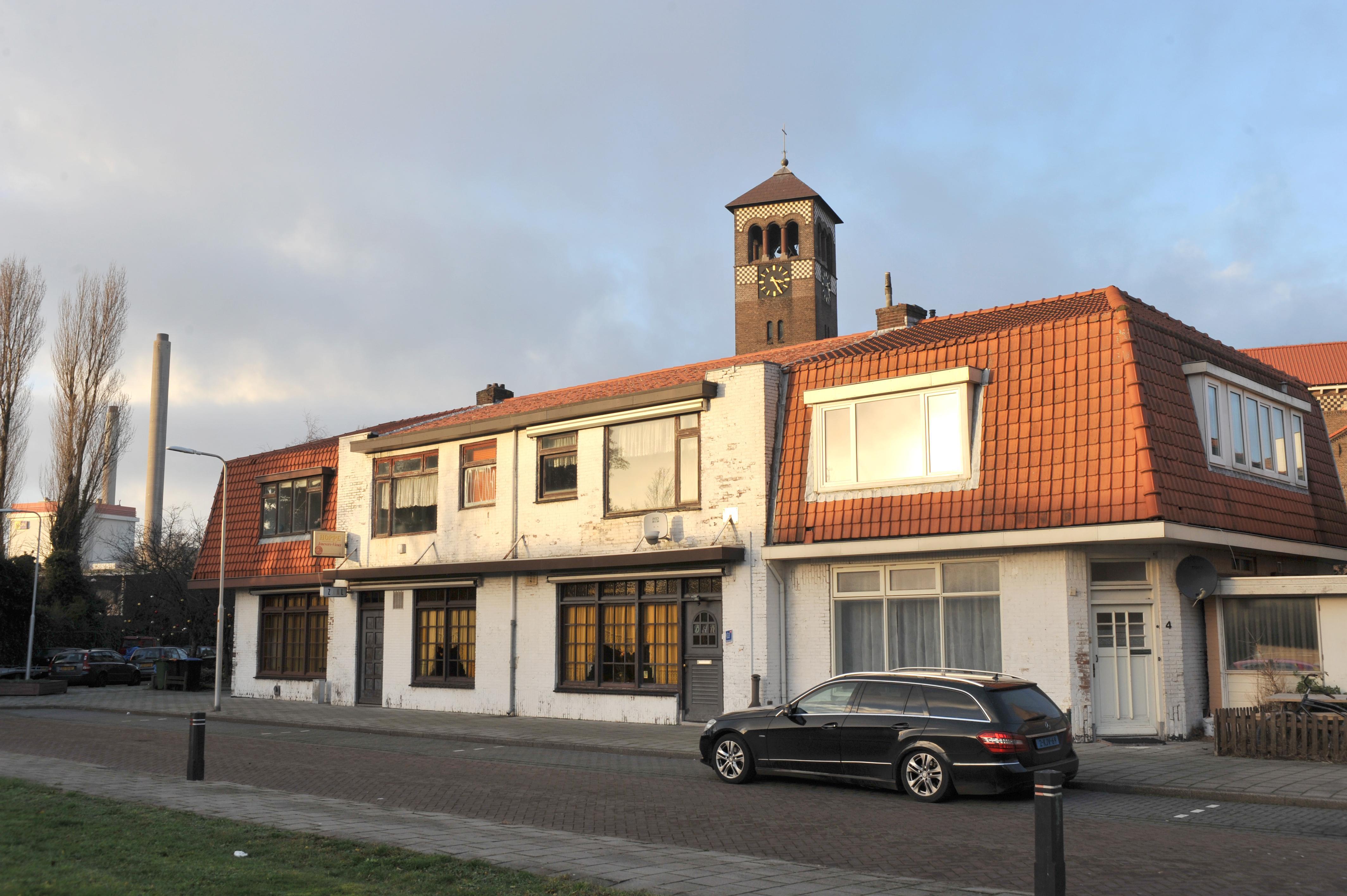 Ontwikkelaar koopt huizen bij St. Jozefkerk in Velsen-Noord op. 'Het moet daar weer een mooi buurtje worden', zegt Jeroen de Rooij die het godshuis bezit