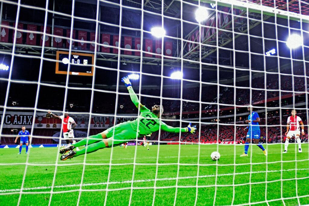 Ajax knokt zich met tien man naar zege op Vitesse