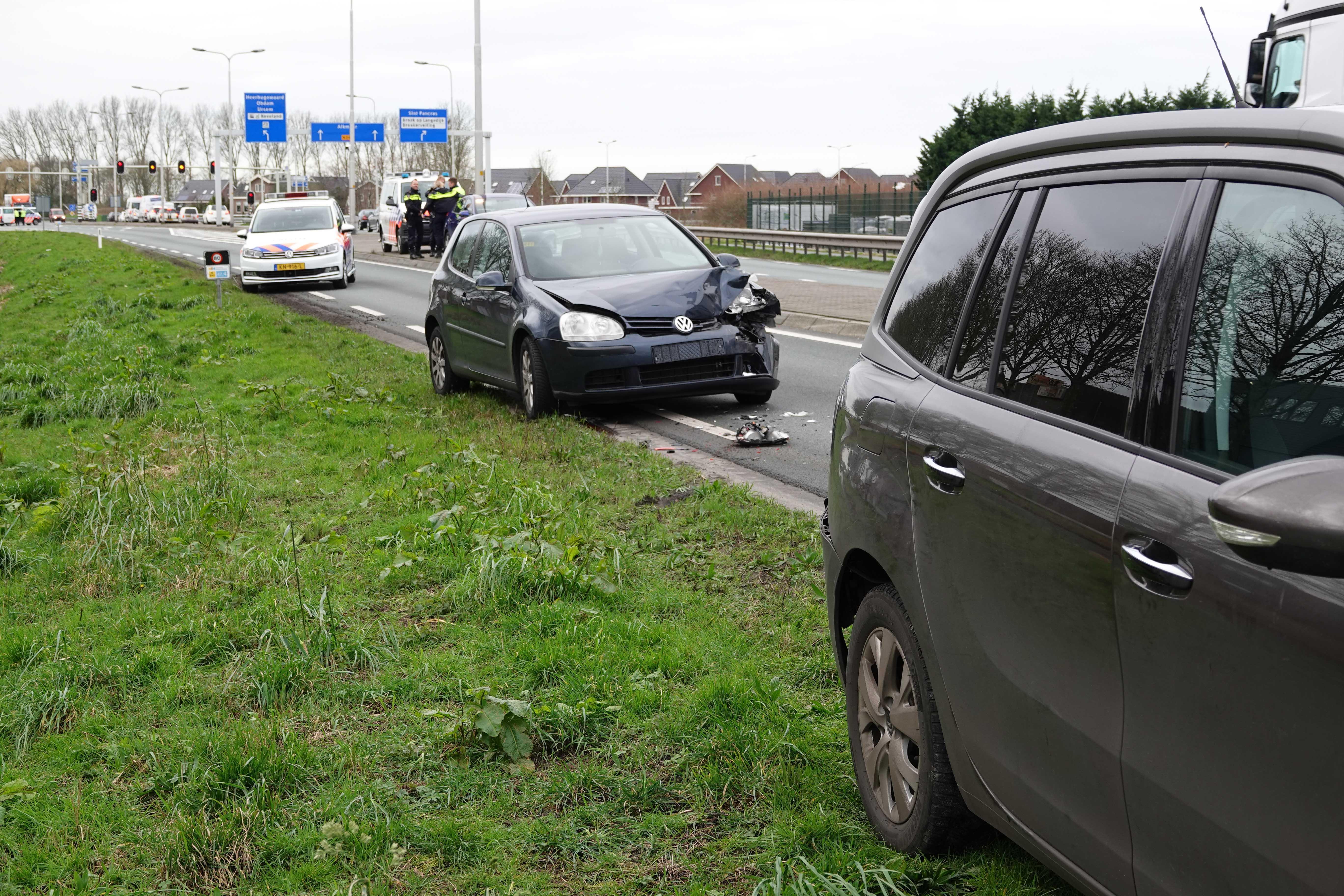 Politie zet achtervolging in op N242 in Heerhugowaard, achterop rijdende auto's botsen op elkaar