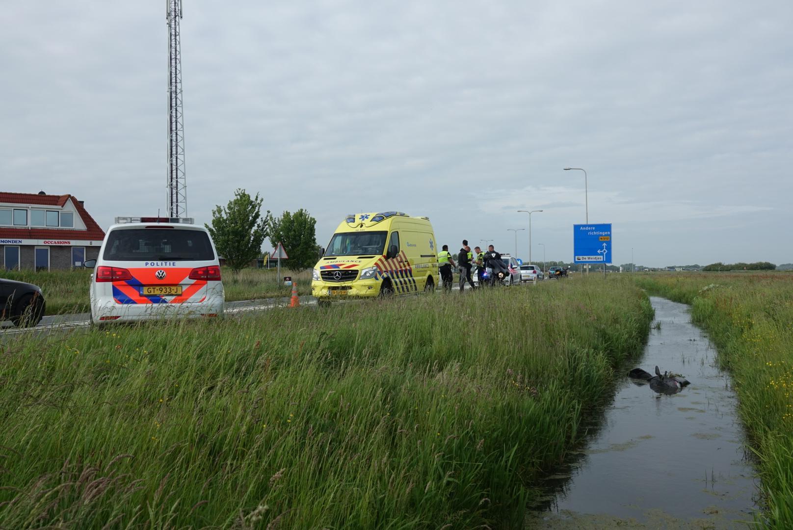 Omstanders halen gewonde motorrijder uit sloot in Egmond aan den Hoef