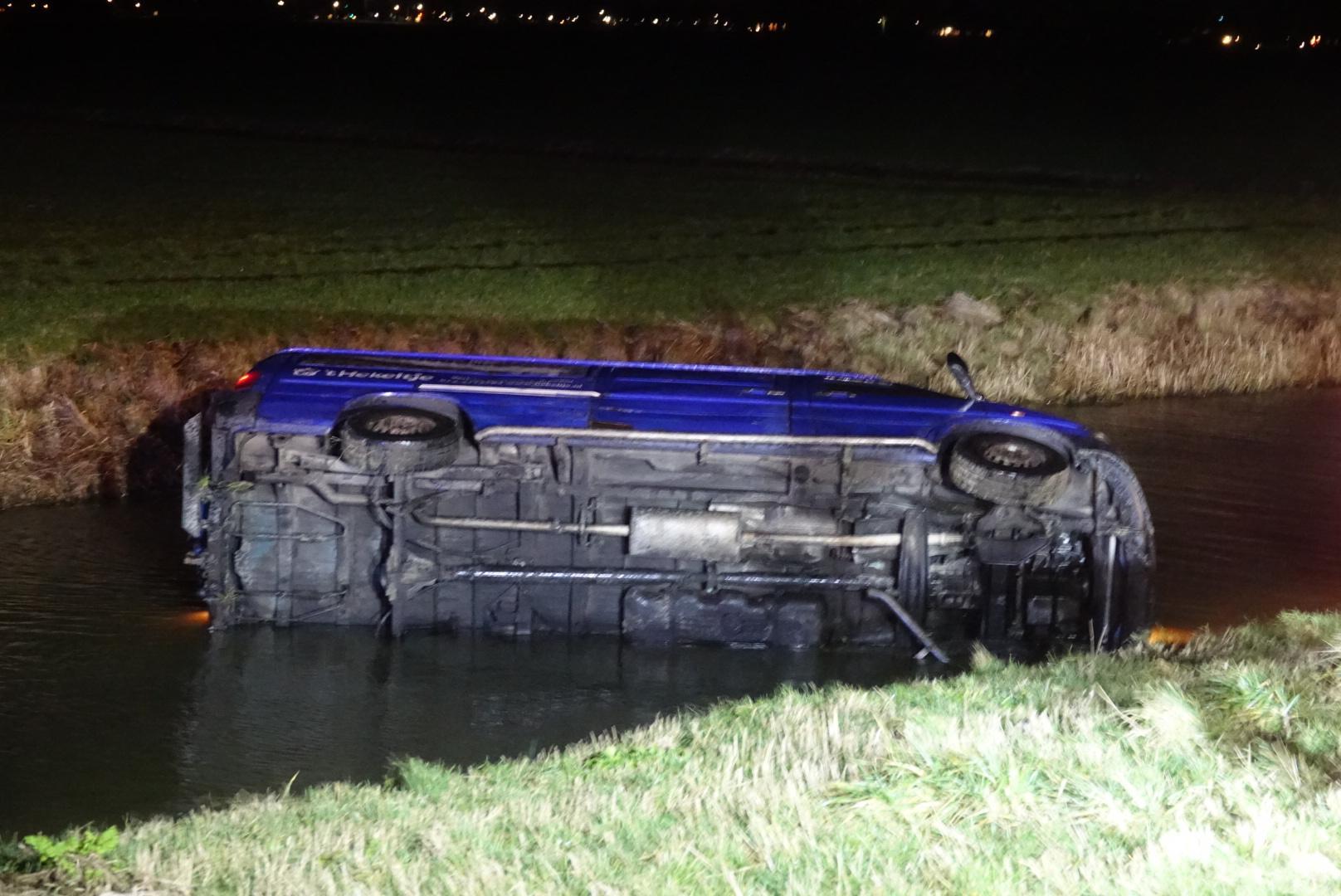 Bestelbus te water in Westbeemster, twee gewonden