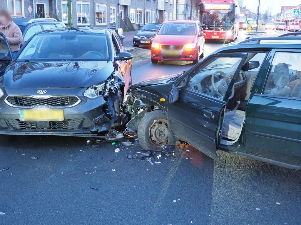 Botsing in centrum IJmuiden; één persoon gewond en weg volledig afgesloten