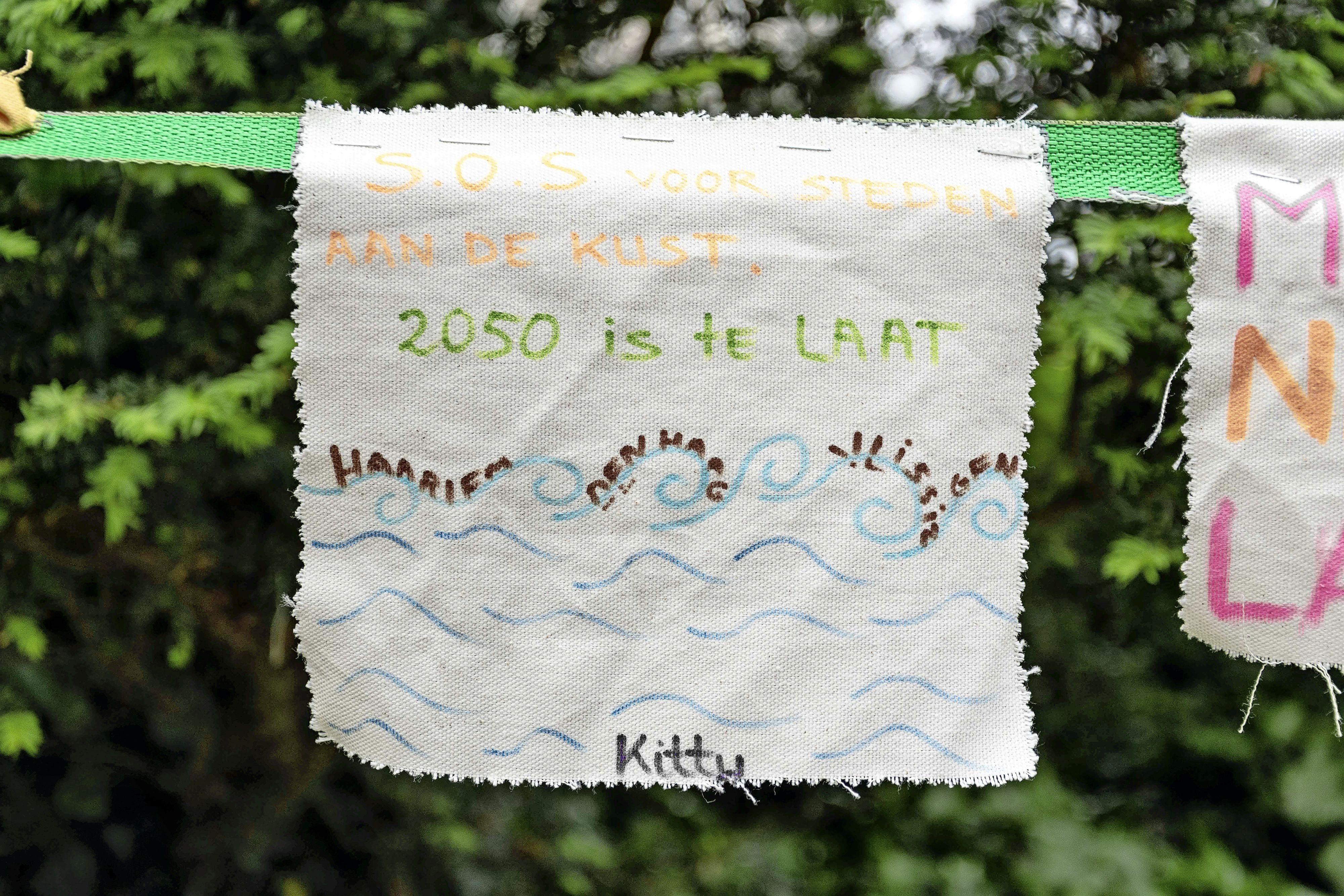 Diepteleurgesteld was Rozemarijn (28) na de verkiezingsuitslag. Nu houden klimaatwakers 24/7 de wacht bij het Catshuis tot het einde van de formatie. 'Neem de ernst van de klimaatcrisis serieus'