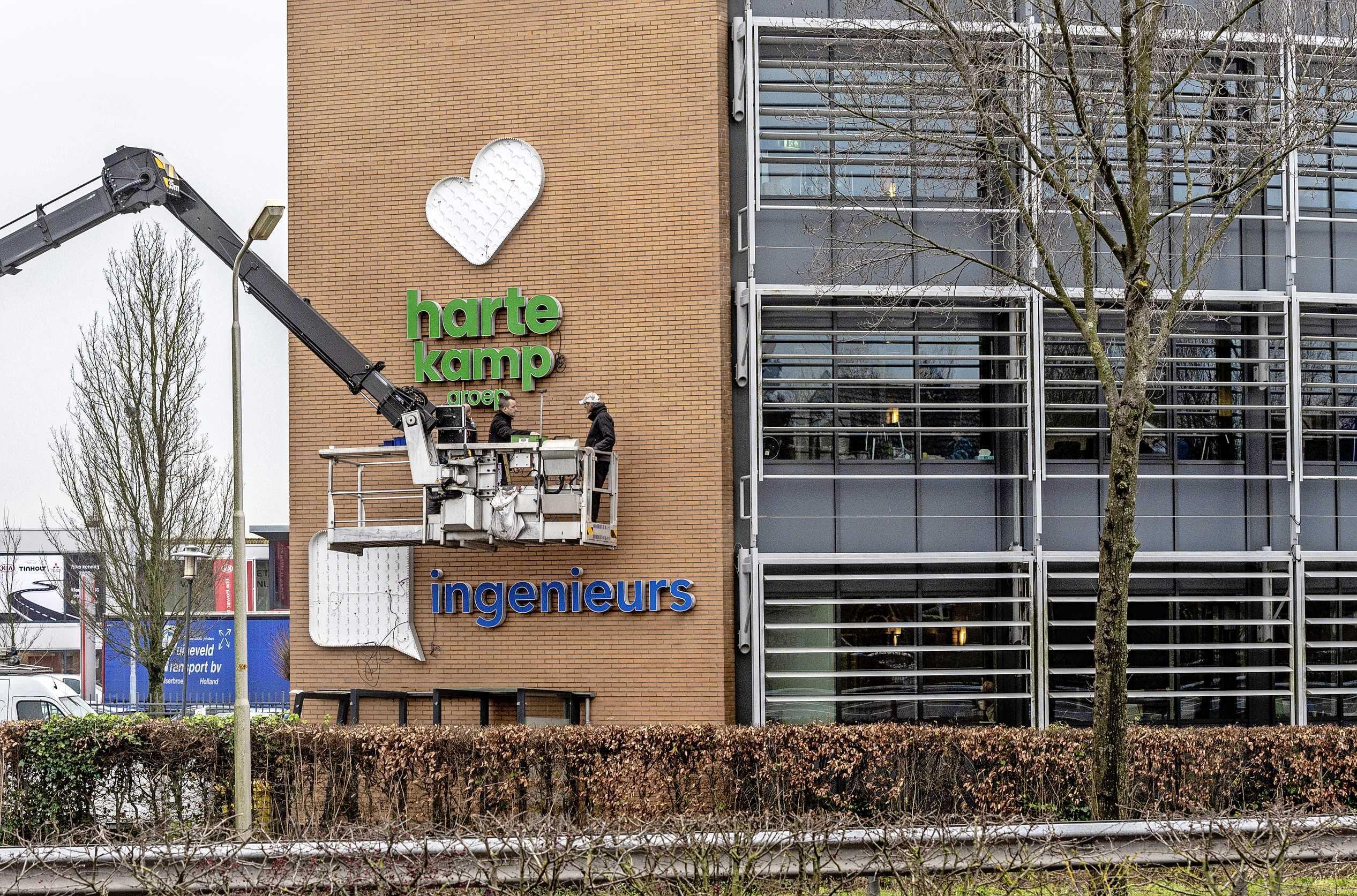 Logo van de Hartekamp Groep is aan de gevel van het nieuwe onderkomen in Velserbroek gehangen