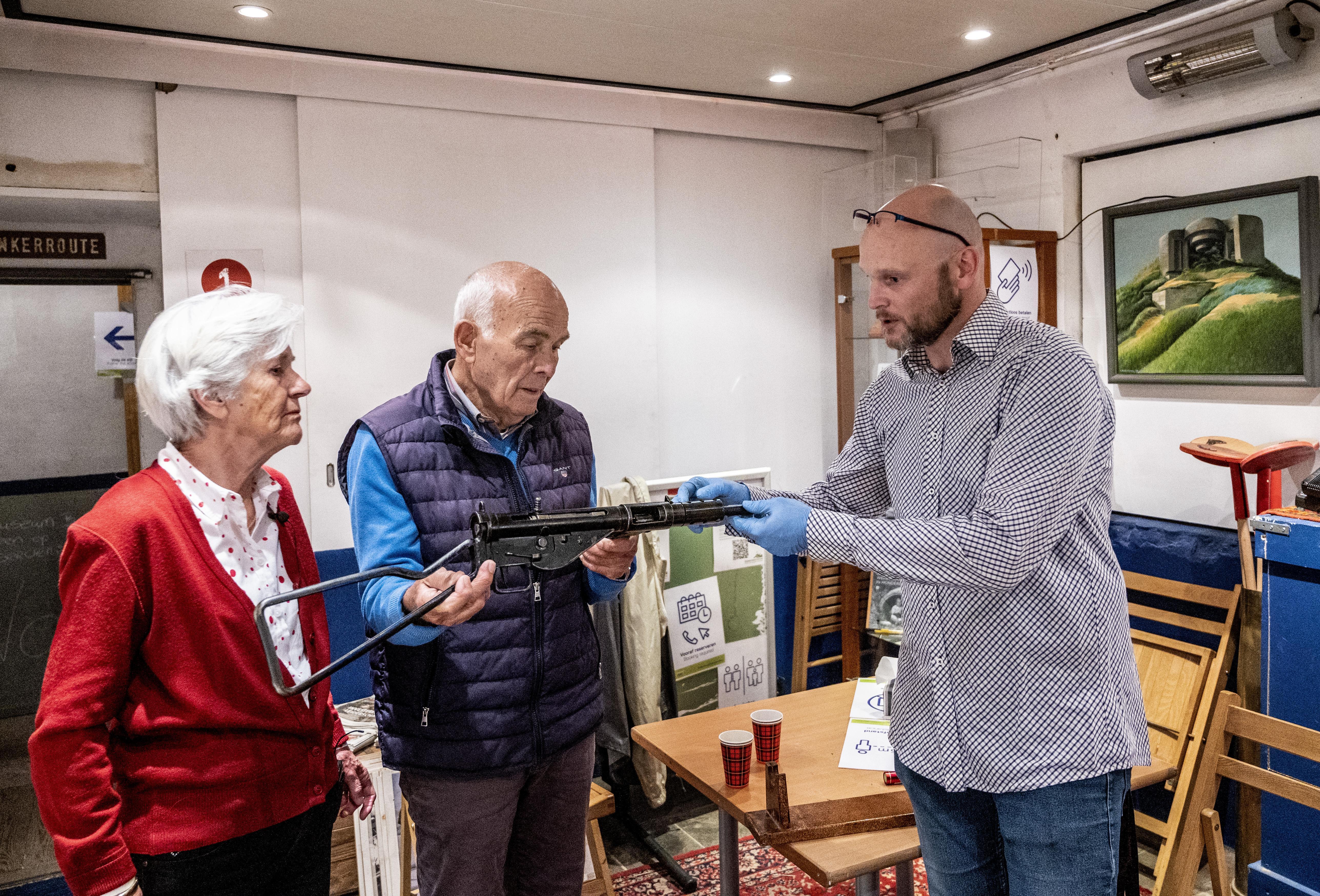 Het Bunkermuseum krijgt van Velsens echtpaar 'een puntgaaf' verzetswapen met een wonderlijke herkomst