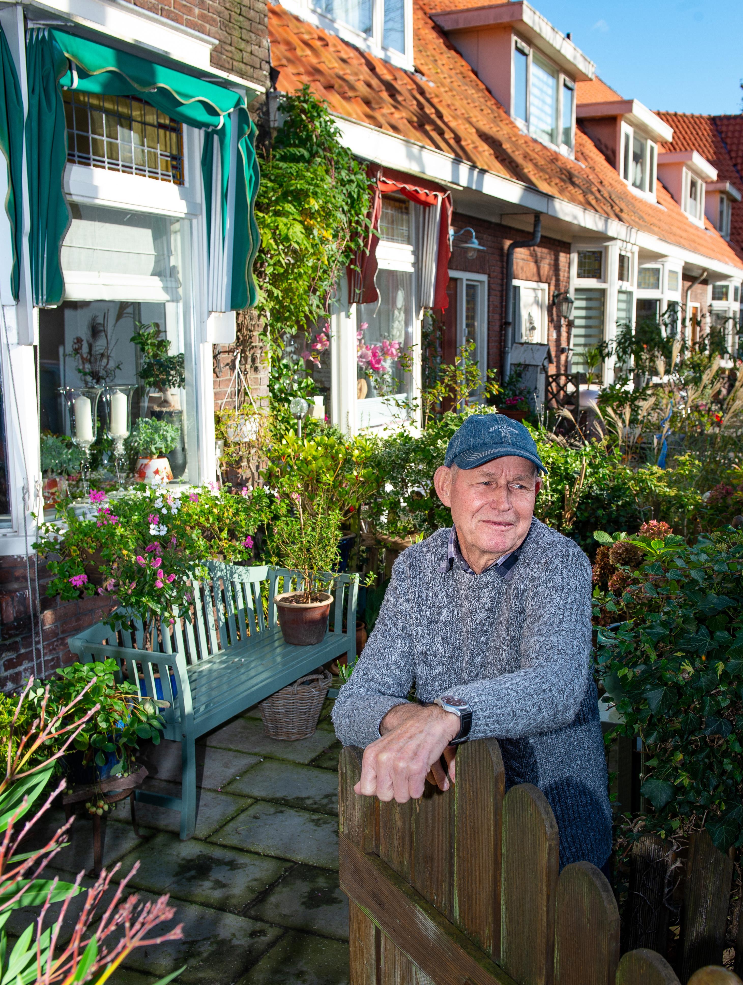 Koos van der Woude (75) heeft zijn hele leven bij Albert Heijn gewerkt en heeft het allemaal opgeschreven: erotiek in de fabriek en andere verhalen