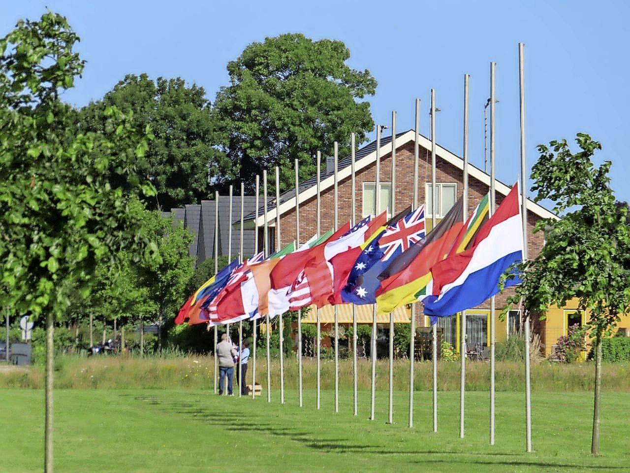 Zeventien vlaggen halfstok bij Nationaal Monument MH17 in Vijfhuizen